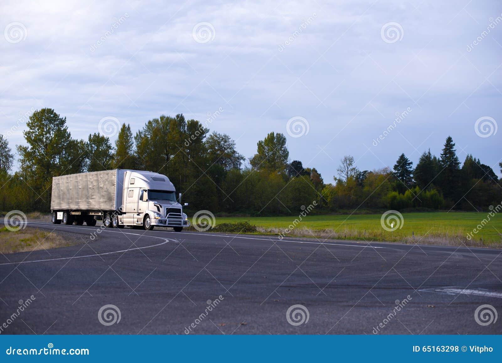 Moderner der Fernstrecke LKW-Planenanhänger halb auf gerader Landstraße
