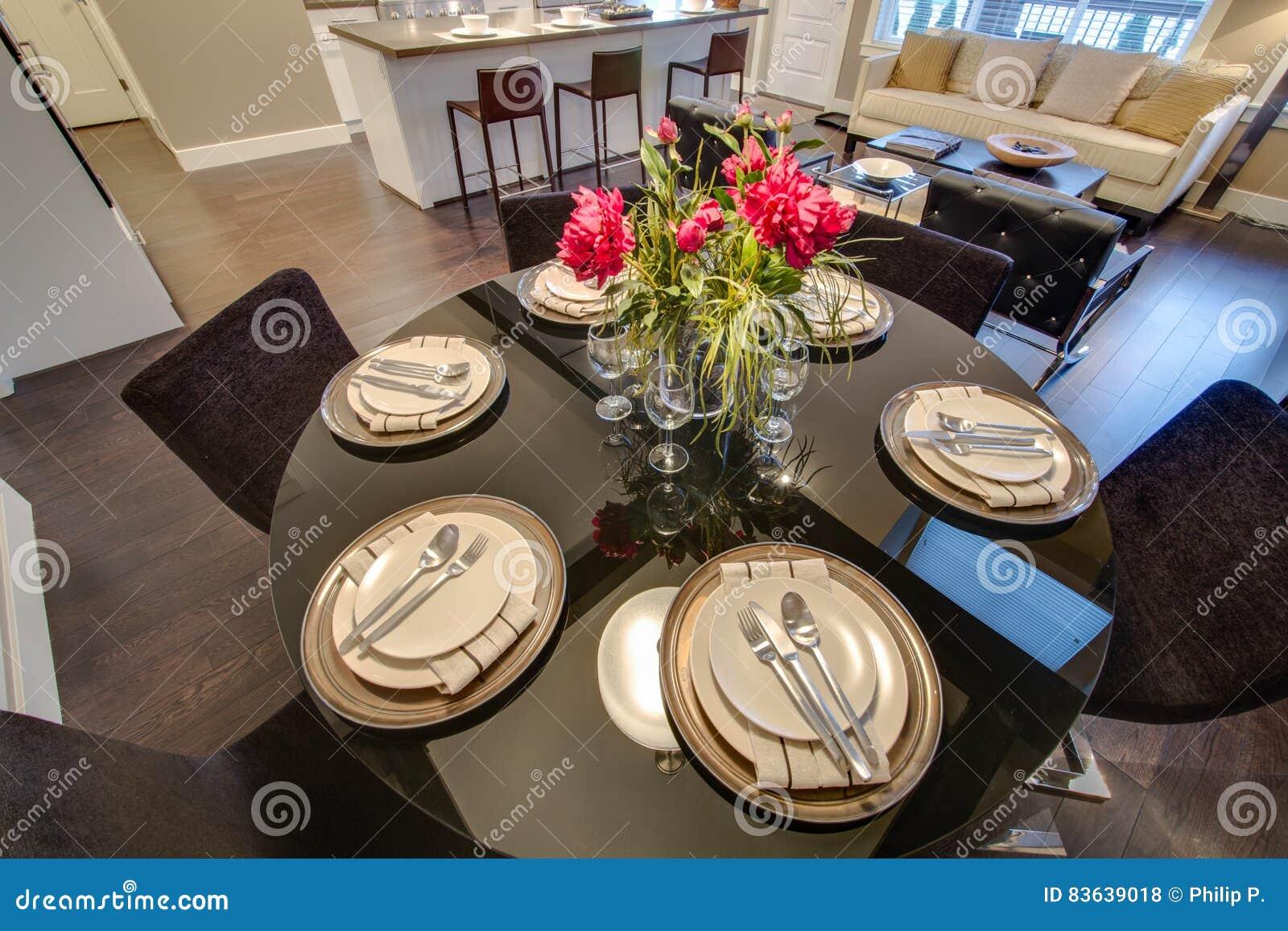 Moderner Esszimmertisch Eingestellt Für Abendessen Stockfoto - Bild ...