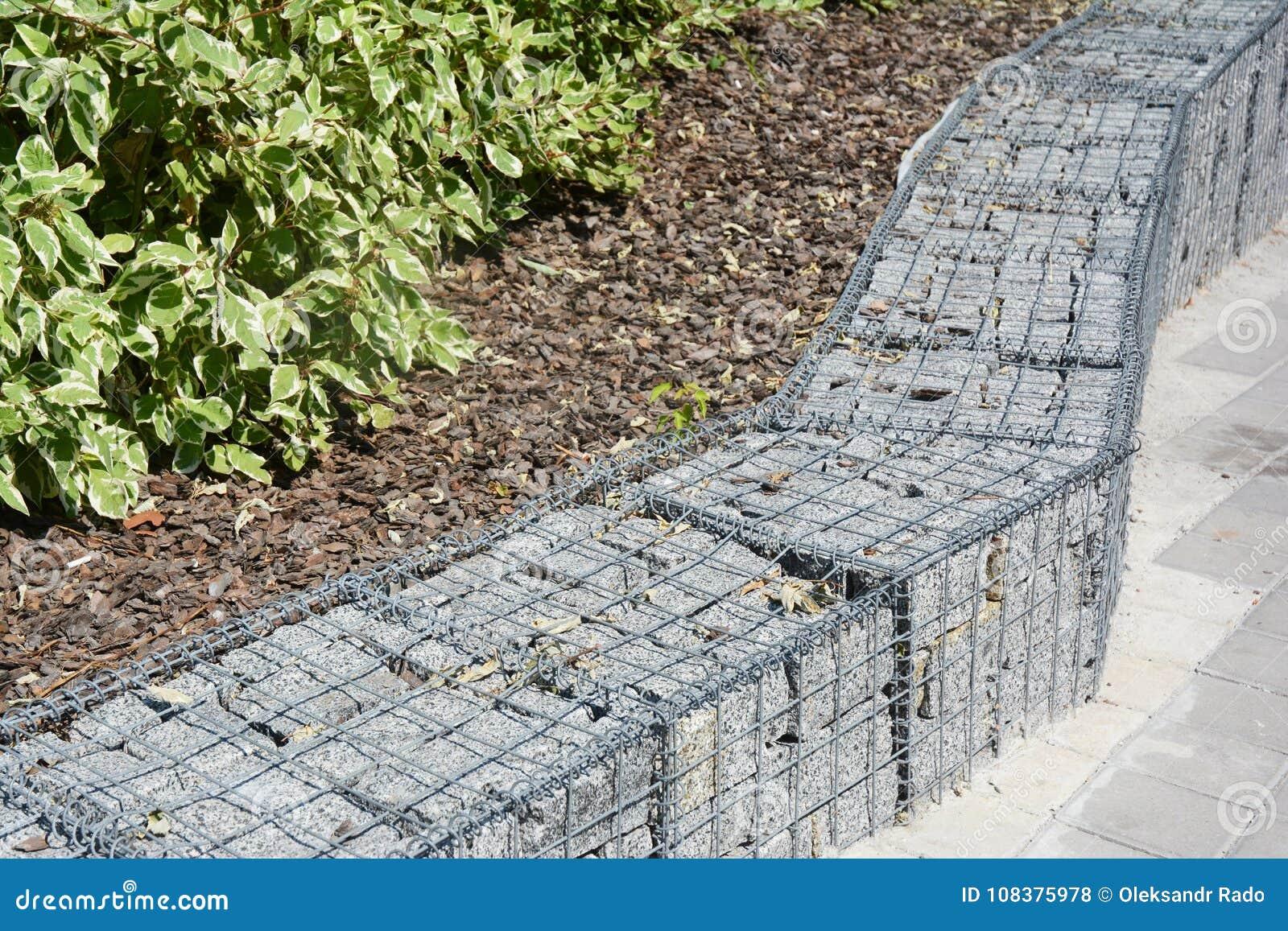 moderner gabions-zaun mit steinen im maschendraht gabions