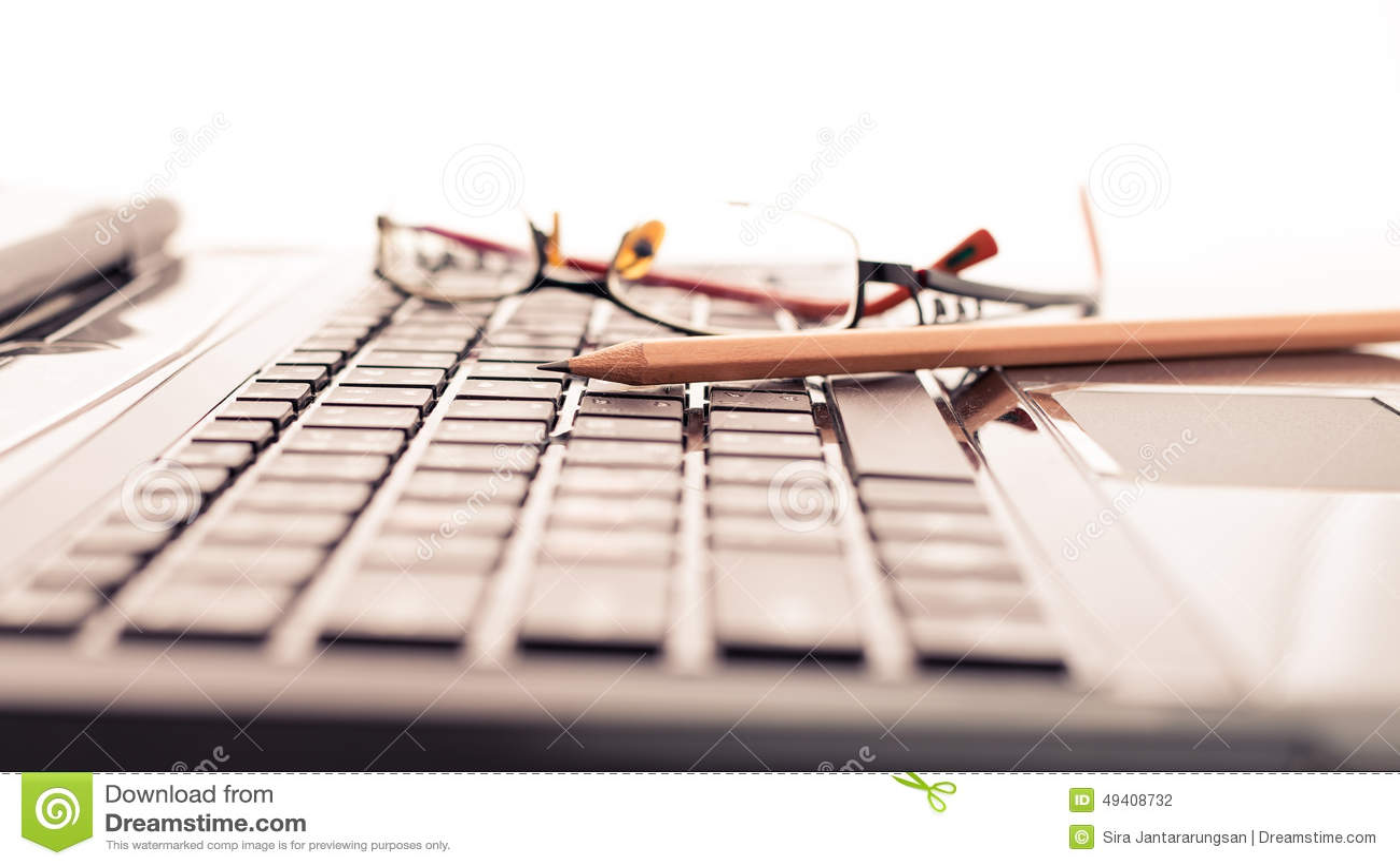 Download Moderner Geschäftsschreibtisch Mit Laptop, Bleistift Und Gläsern Stockfoto - Bild von laptop, informationen: 49408732