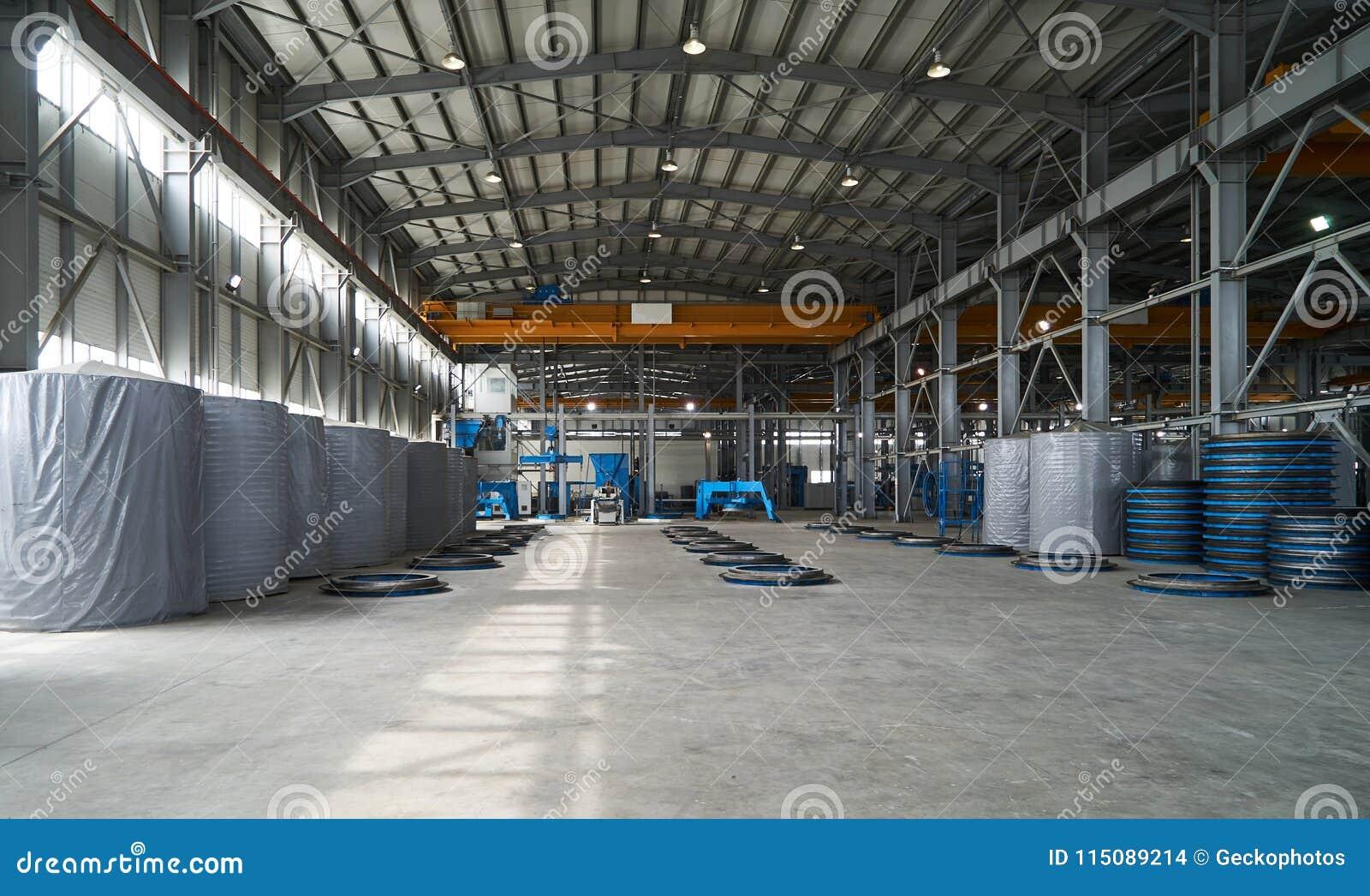 Moderner großer Fabriklagerinnenraum mit einigen Waren