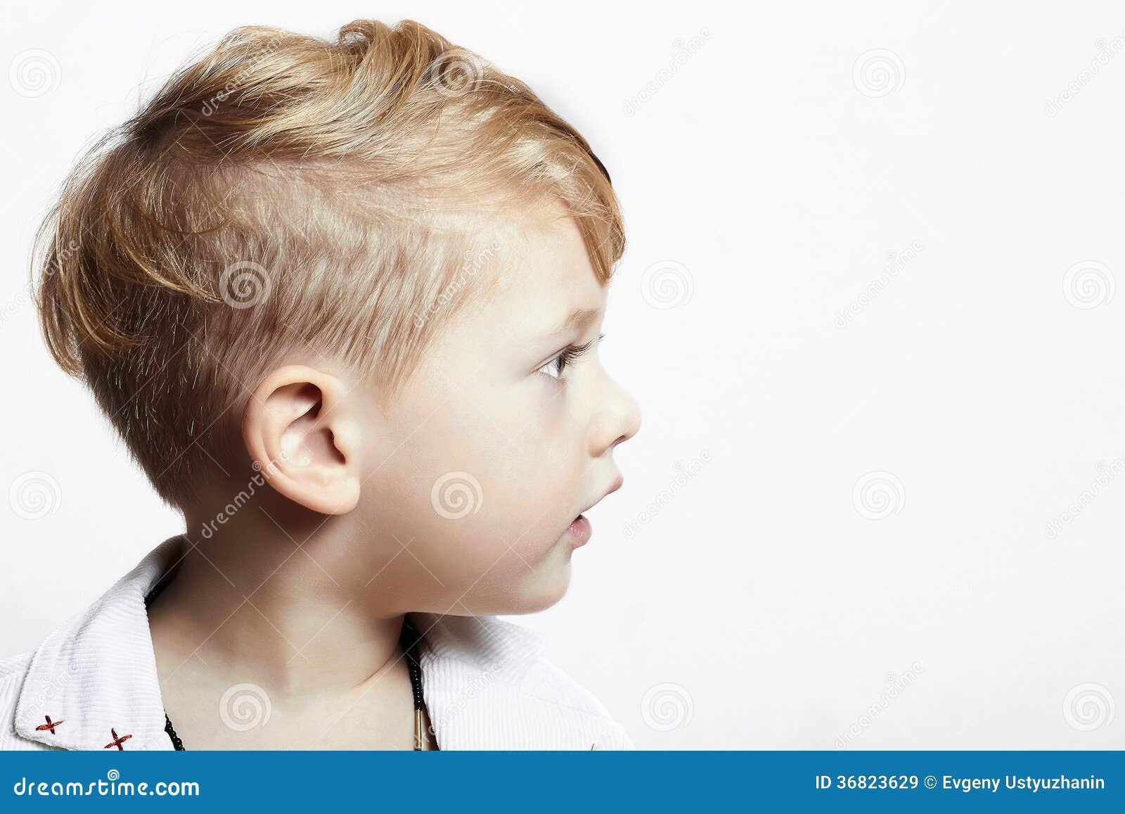 Moderner Hübscher Kleiner Junge Stilvoller Haarschnitt Modekind