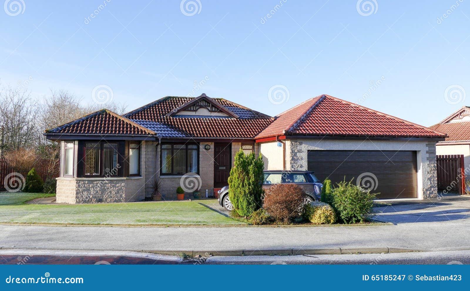 Moderner haus bungalow stockfoto bild 65185247 for Bungalow haus modern