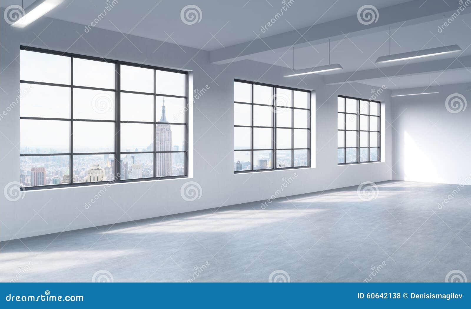 Moderner heller sauberer Innenraum eines Dachbodenartoffenen raumes Enorme Fenster und weiße Wände Panoramische Stadtansicht New