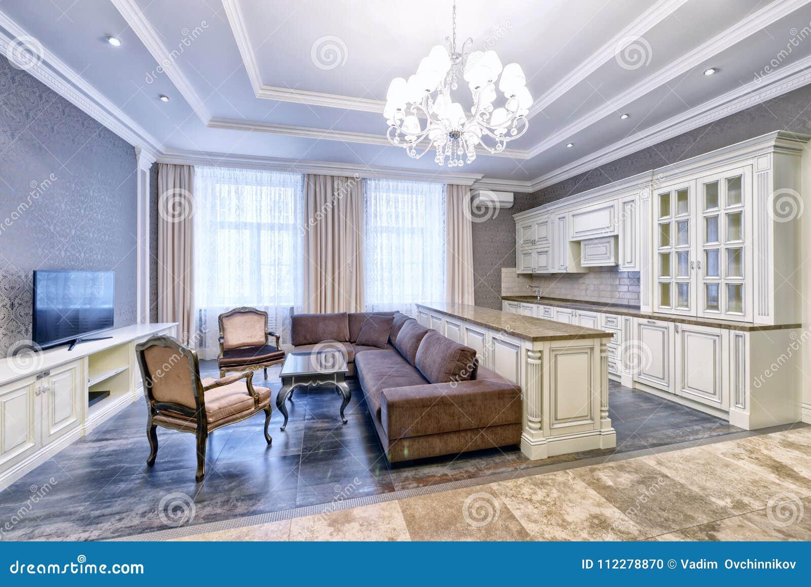 Moderner Innenraum Des Wohnkucheraumes In Einer Geraumigen Wohnung