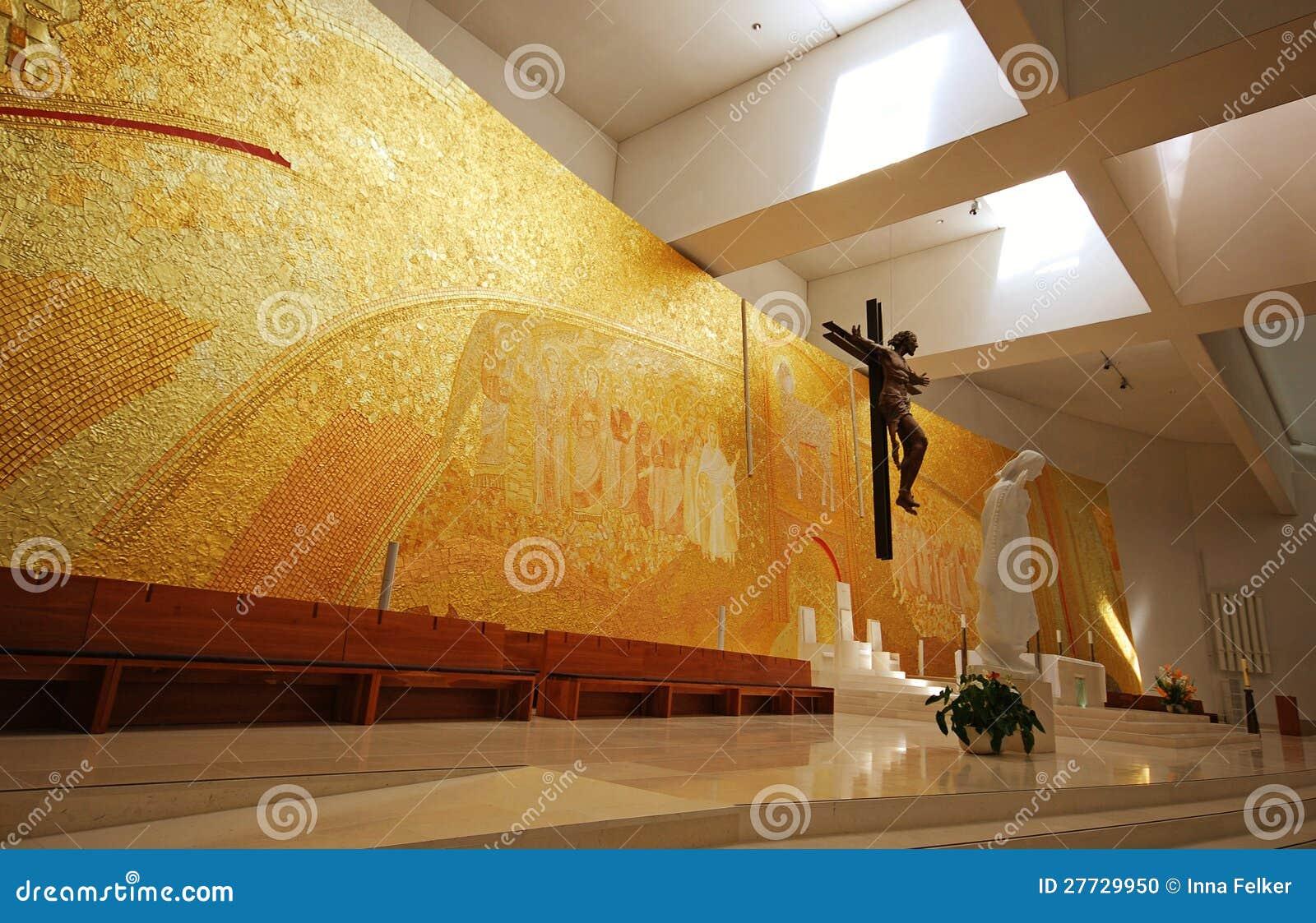 Moderner Kircheinnenraum
