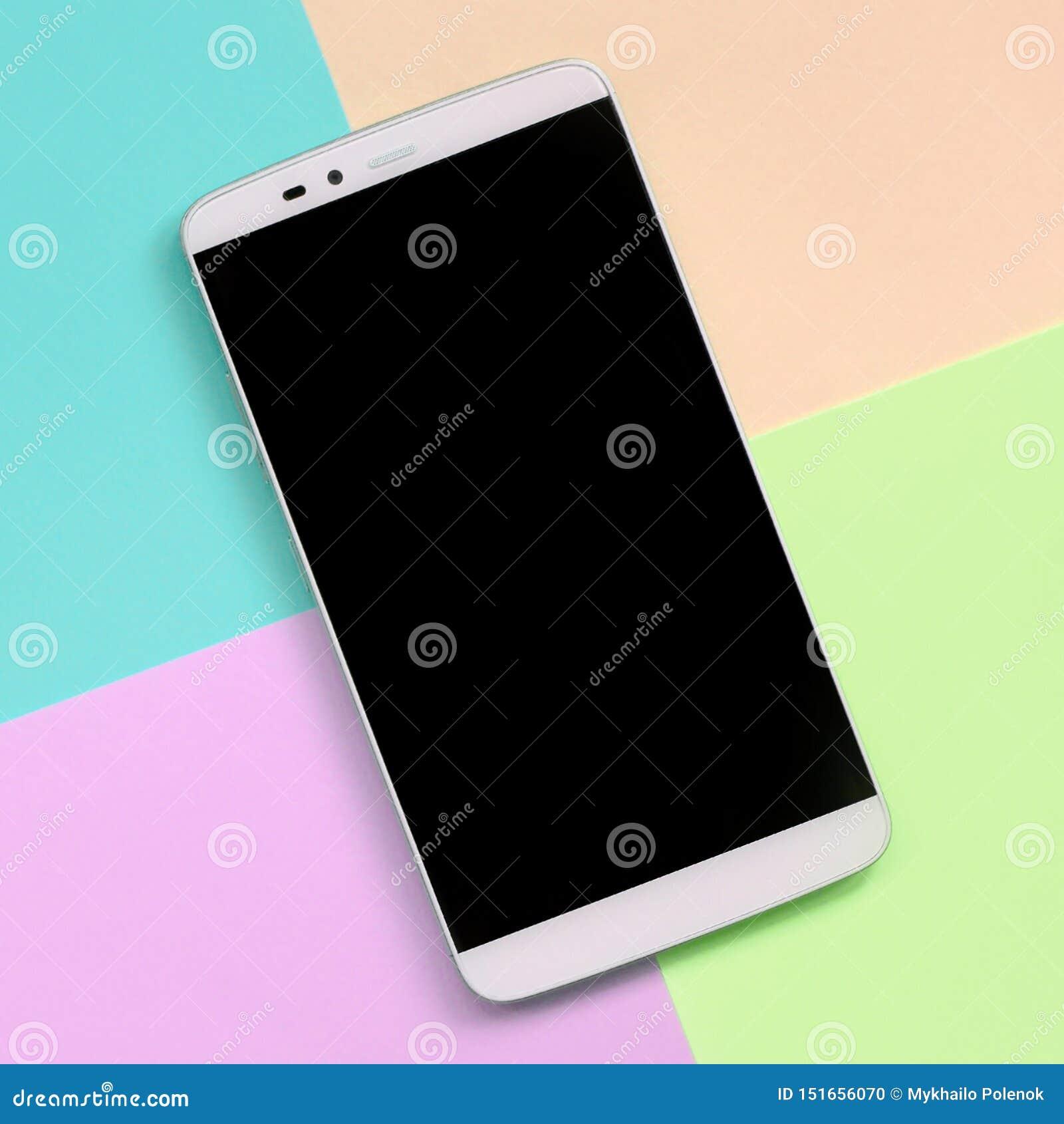 Moderner Smartphone mit schwarzem Schirm auf Beschaffenheitshintergrund von Moderosa, Blauen, korallenroten und Kalkpastellfarben