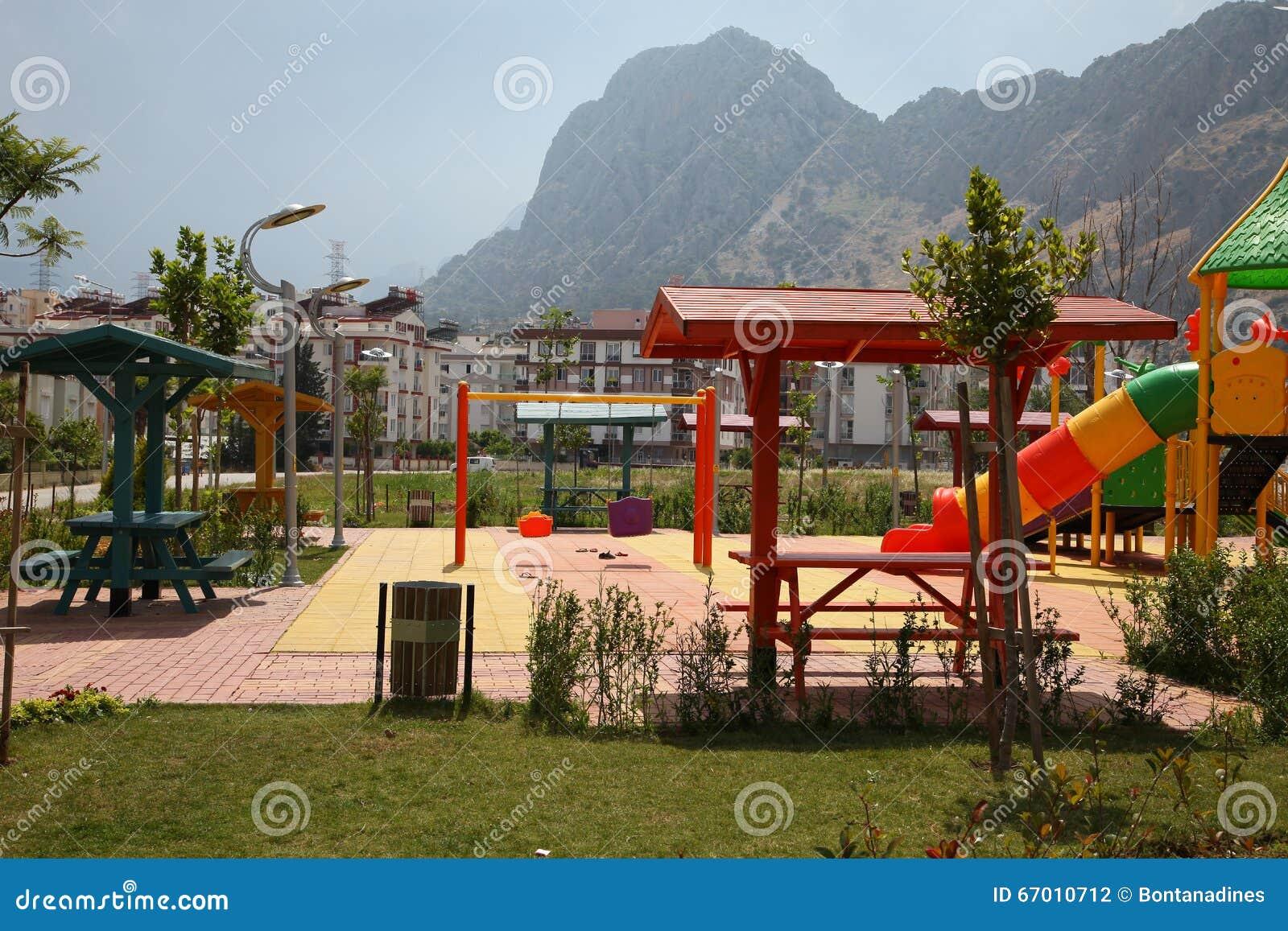 Künstlerisch Moderner Bodenbelag Foto Von Pattern Spielplatz In Einem Wohngebiet Stockfoto -