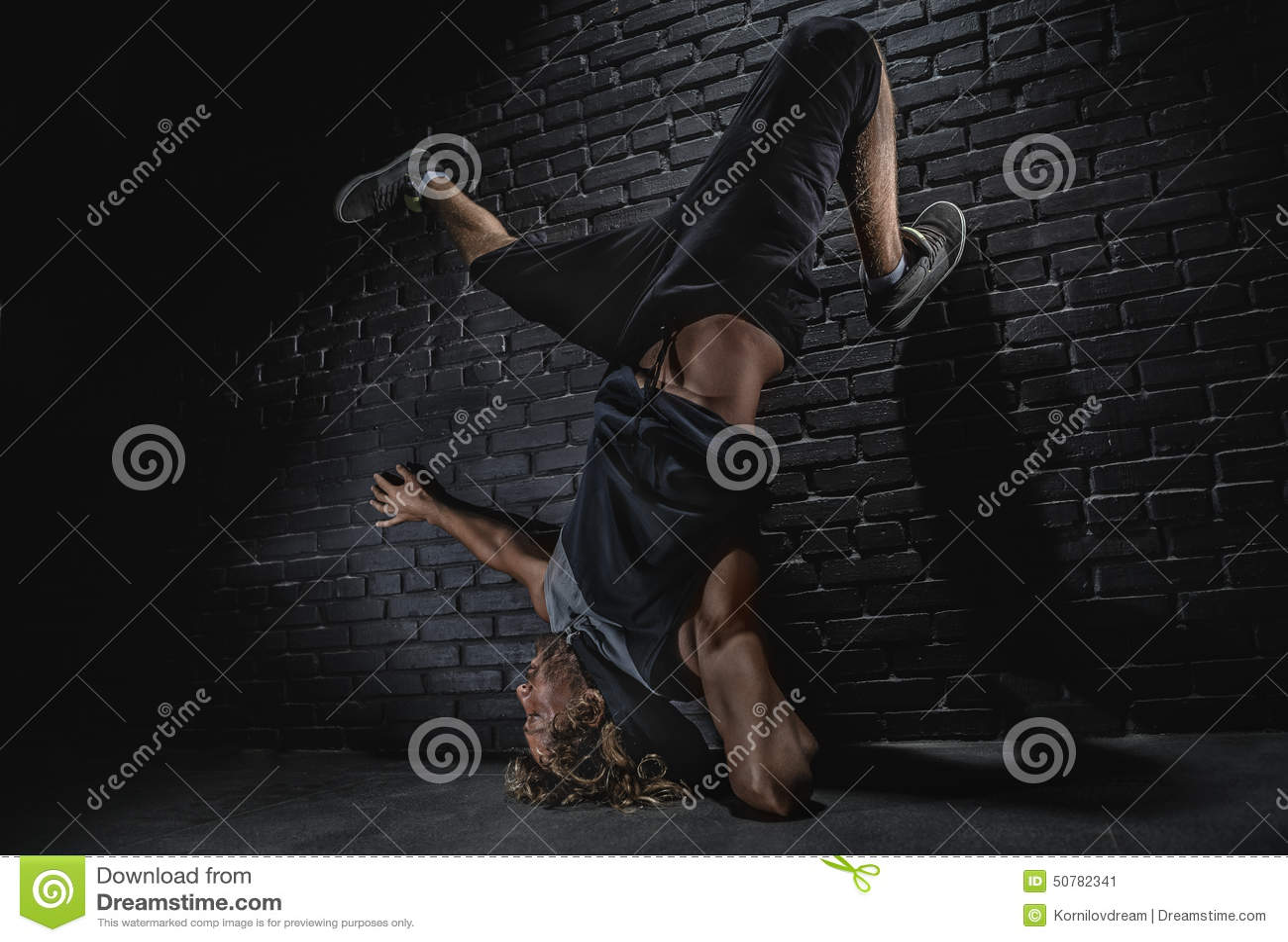 Moderner Tanz des jungen Mannes
