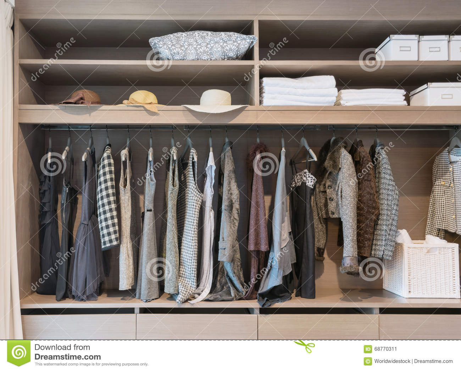 Moderner Wandschrank Mit Reihe Des Kleides In Der Garderobe