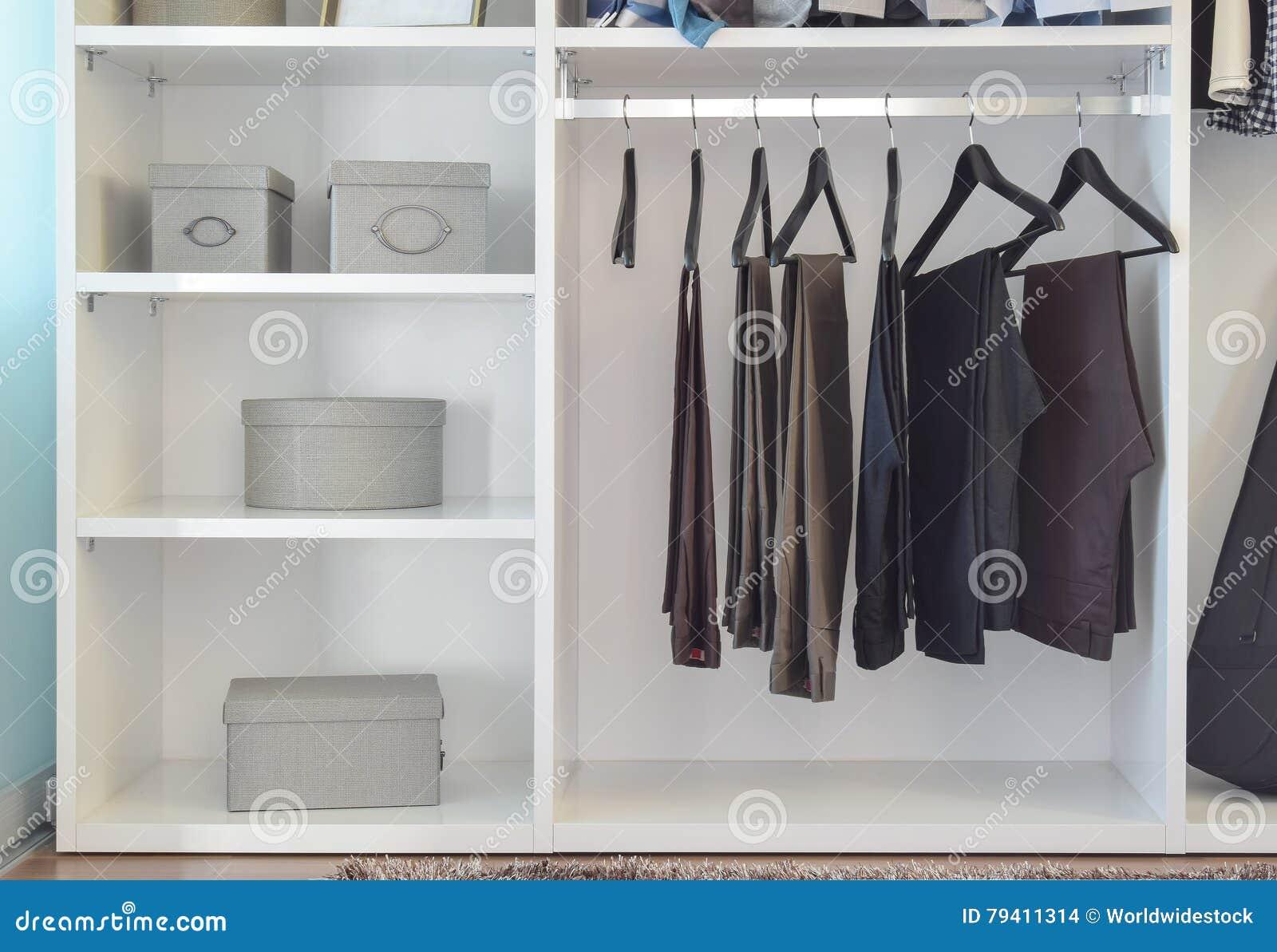 Moderner Wandschrank Mit Reihe Von Den Hosen Die In Der Weissen