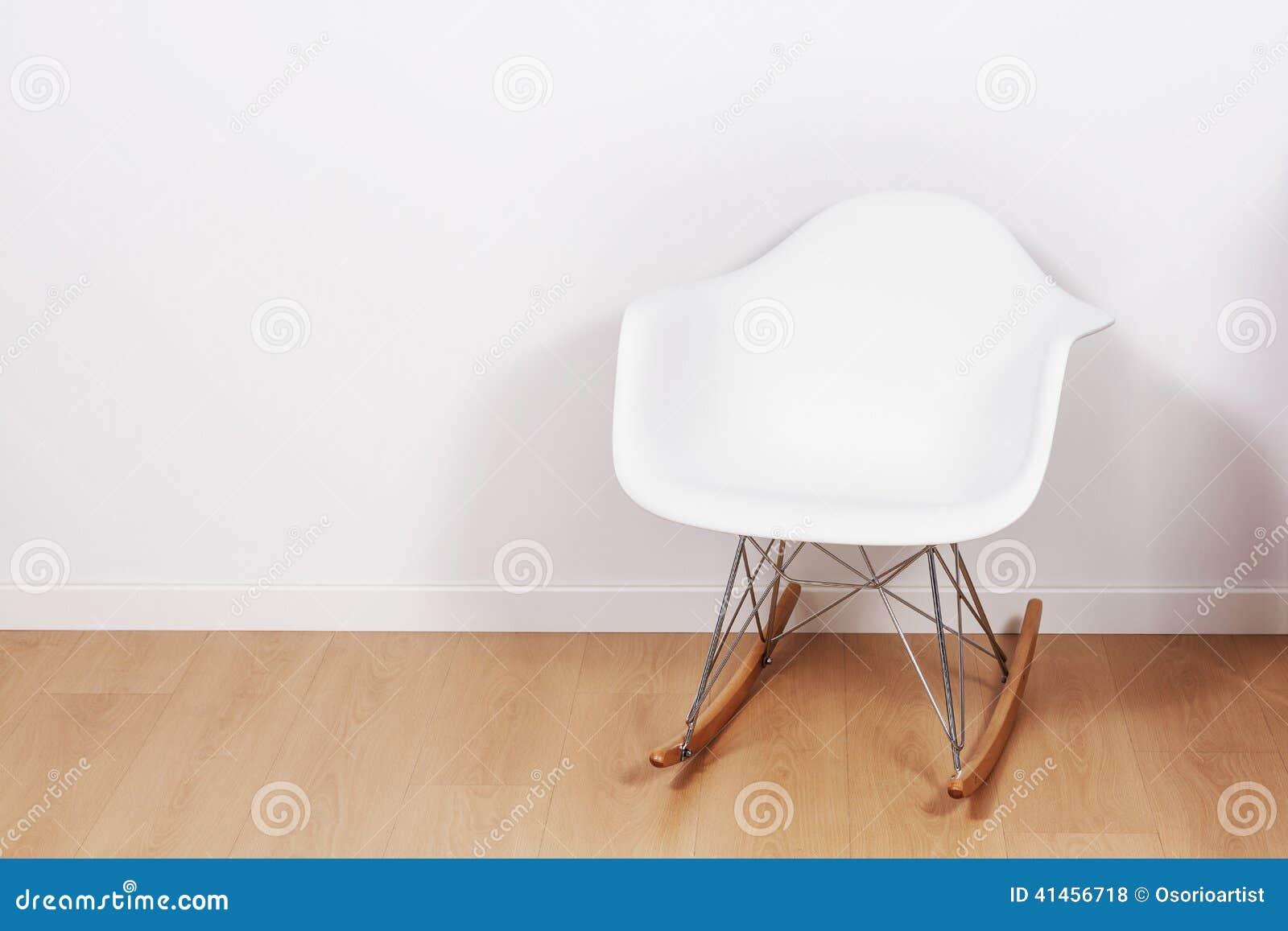moderner weißer schaukelstuhl und wand stockfoto - bild von