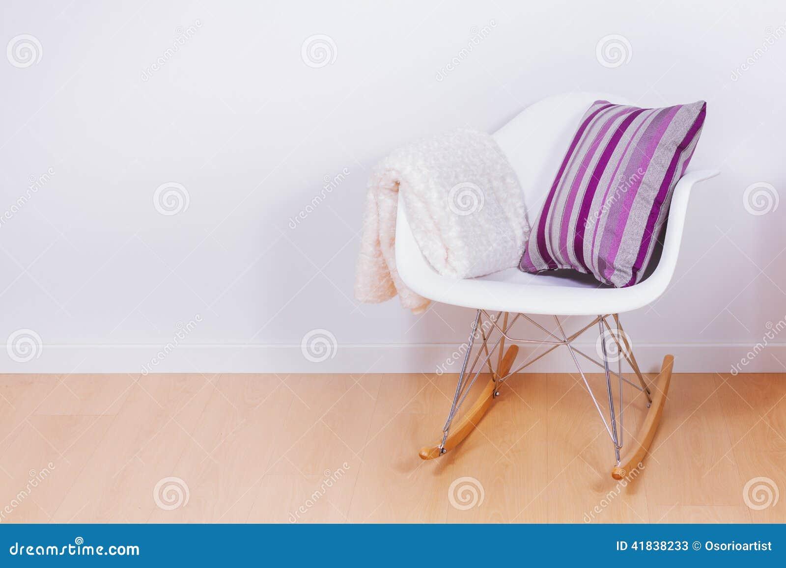 moderner weißer schaukelstuhl und wand stockbild - bild von kratzer