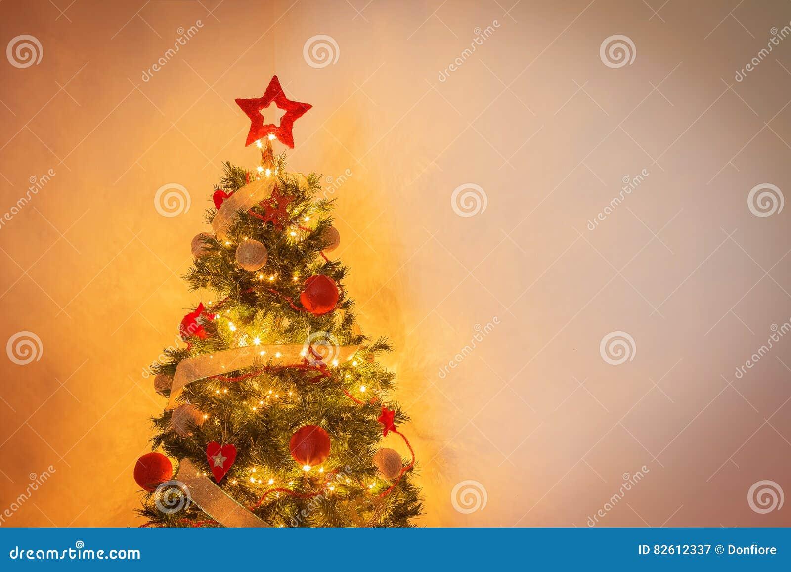 Moderner Weihnachtsbaum.Moderner Weihnachtsbaum Mit Ballen Und Goldene