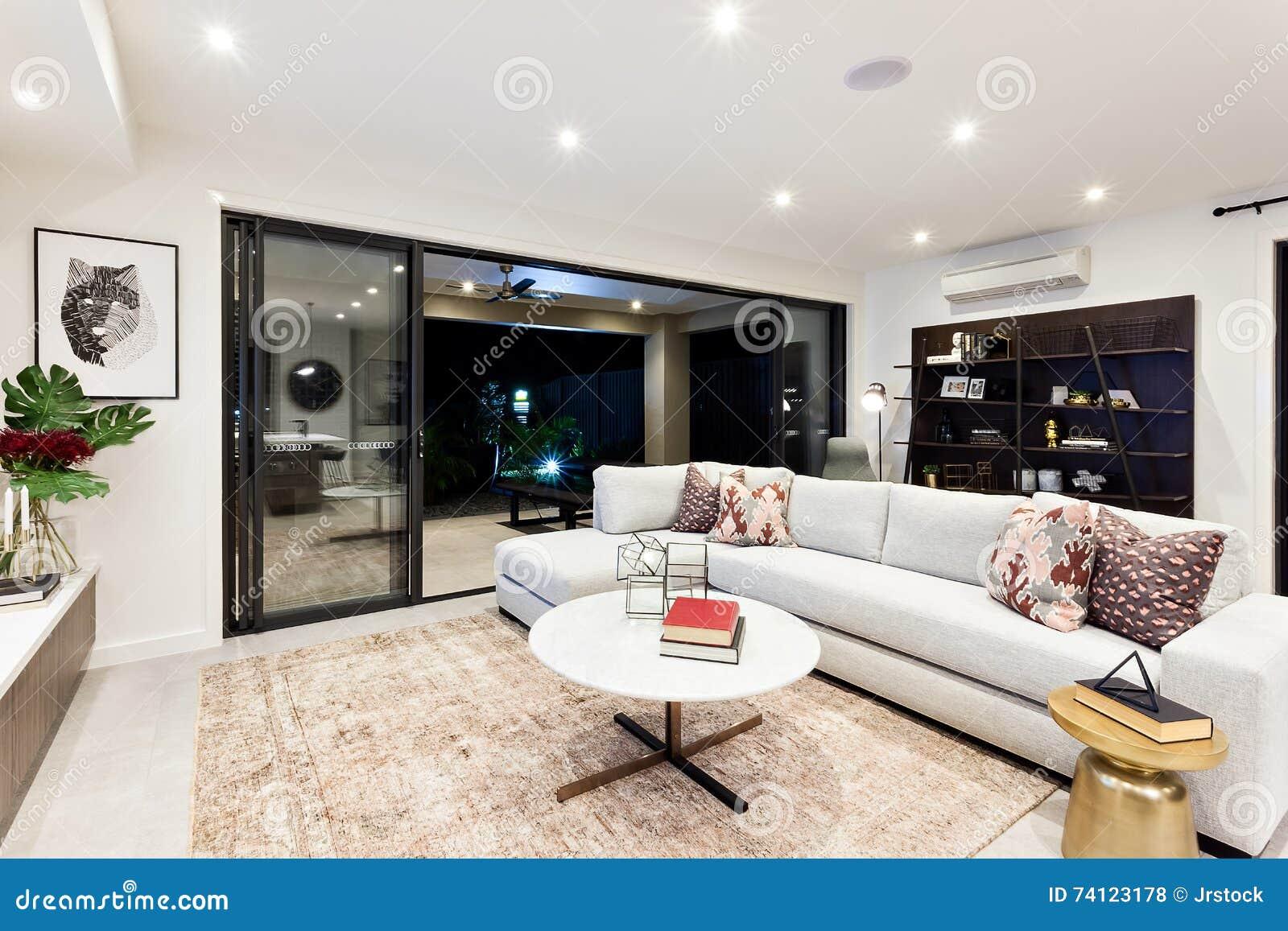 Moderner Wohnbereich Mit äußerer Patioansicht Nachts Stockfoto