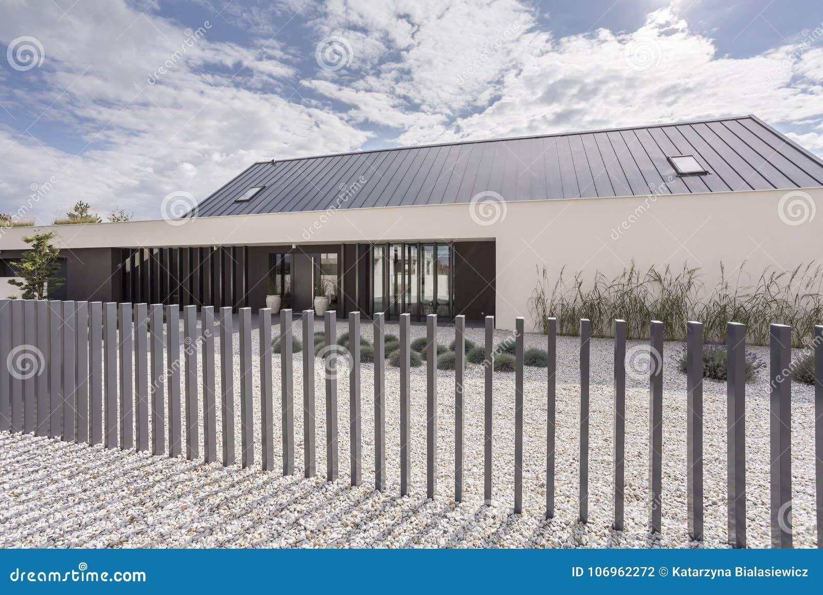 Moderner Zaun Der Geraumigen Villa Stockfoto Bild Von Haus