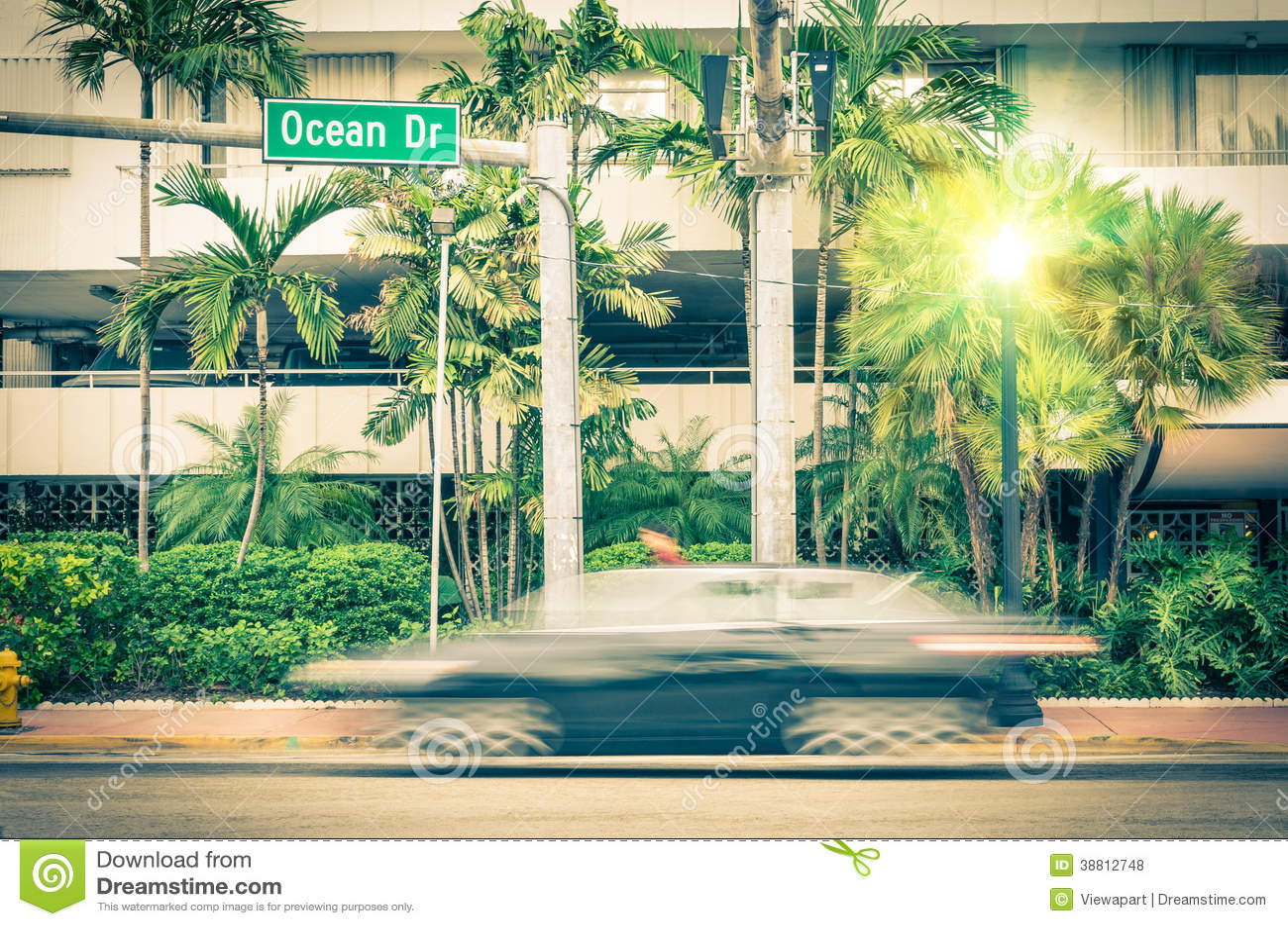 Modernes Auto, das entlang Ozean-Antrieb in Miami beschleunigt