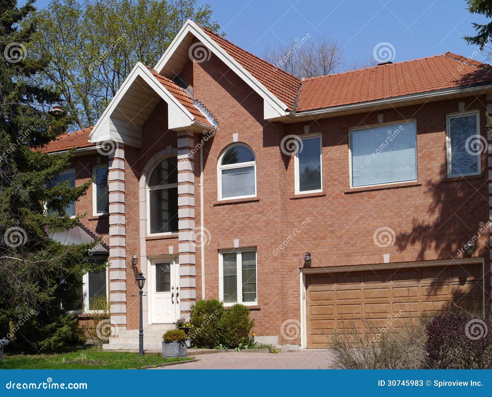 modernes backsteinhaus stockbild bild von giebel baum