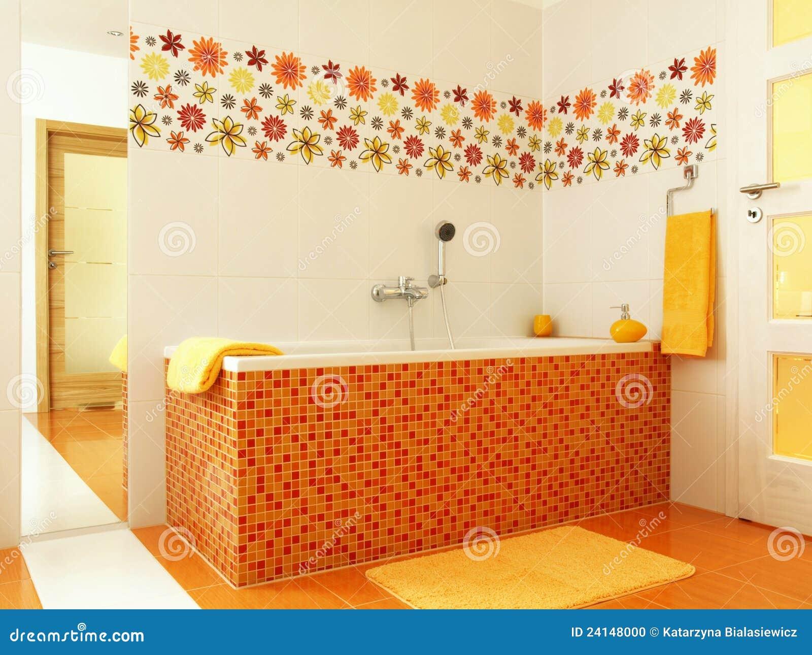 Modernes Badezimmer in der orange Farbe