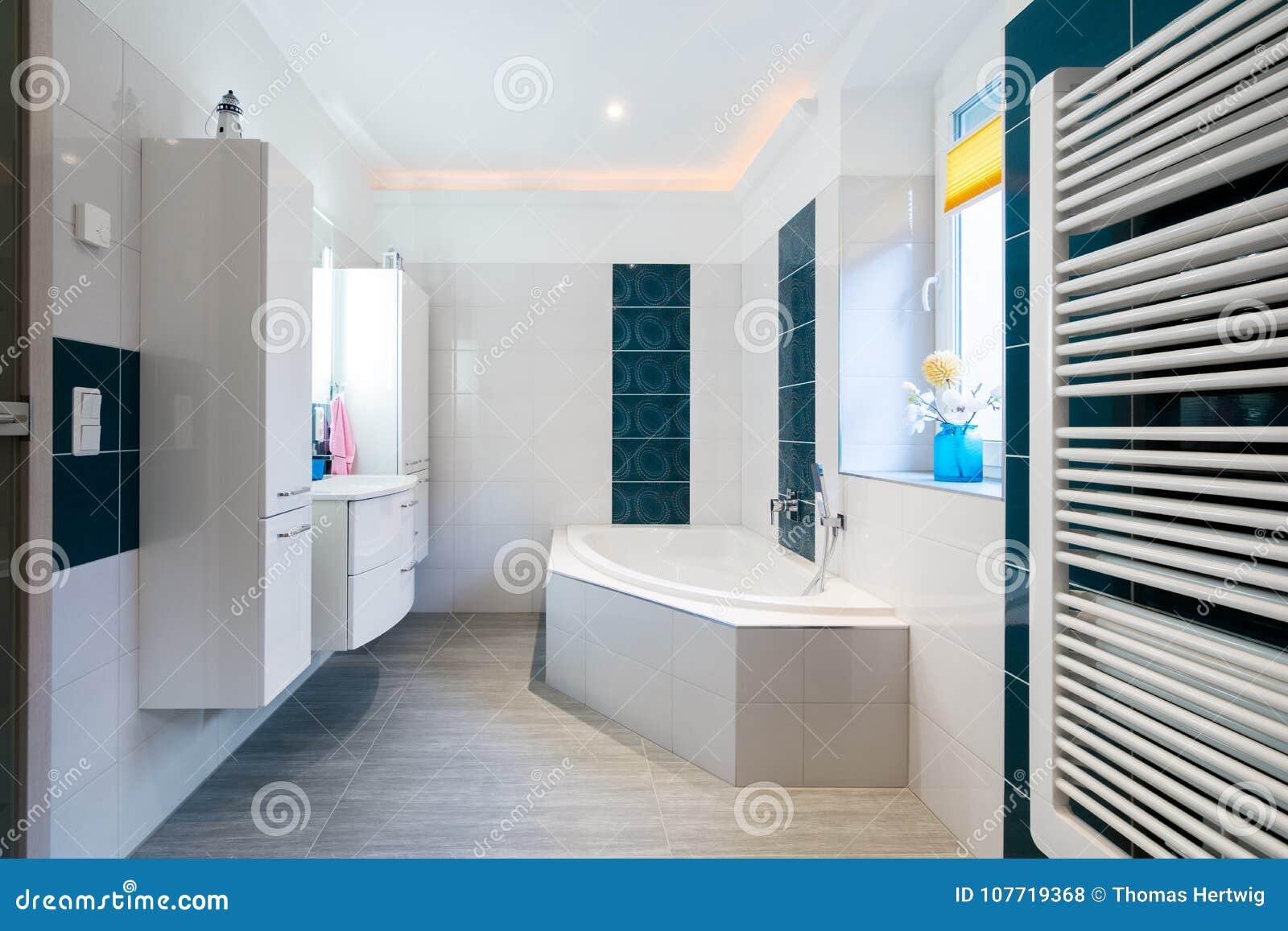Modernes Badezimmer - Glatte Weiße Und Blaue Fliesen - Horizontaler ...