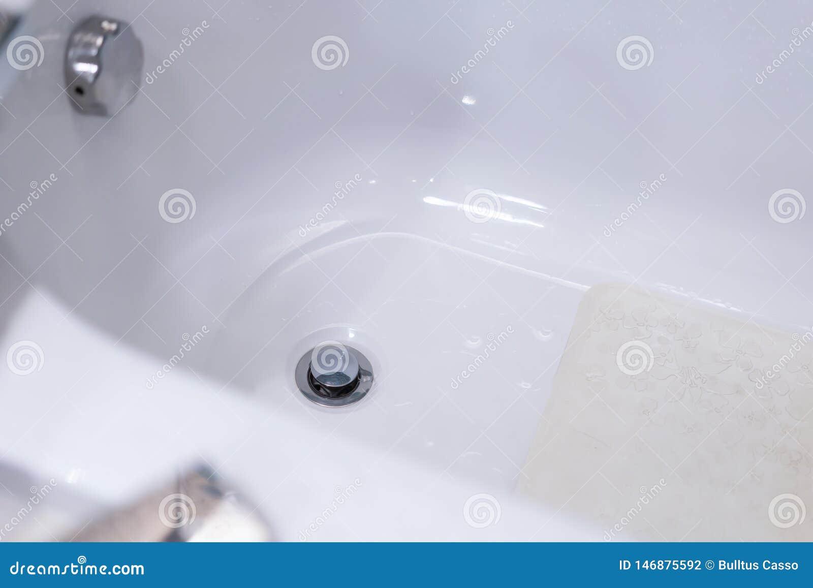 Modernes Badezimmer Mit Badewanne Und Dekoration Stockfoto Bild Von Dekoration Badezimmer 146875592