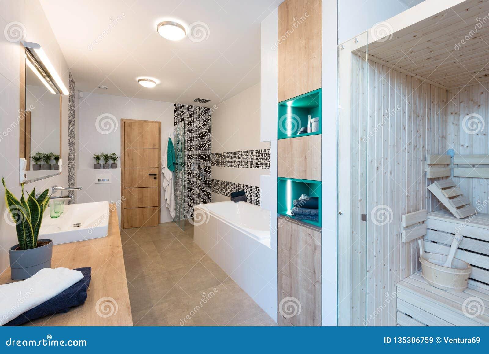 Modernes Badezimmer Mit Badewanne Und Dusche Stockbild ...