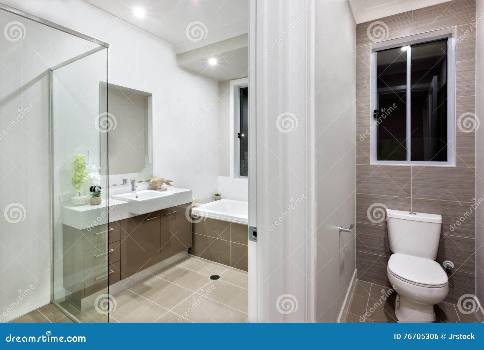 Modernes Badezimmer Mit Der Toilette Stockfoto - Bild von ...