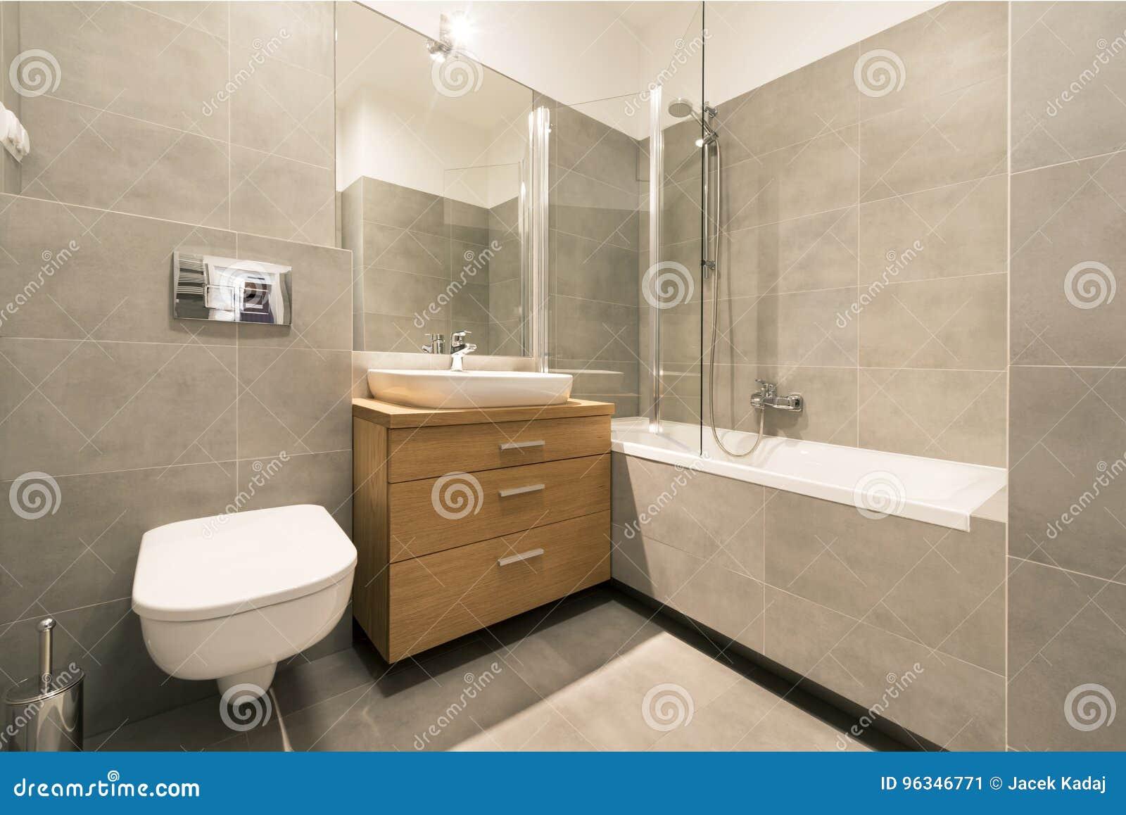 Modernes Badezimmer Mit Fliesen Auf Dem Boden Stockbild ...