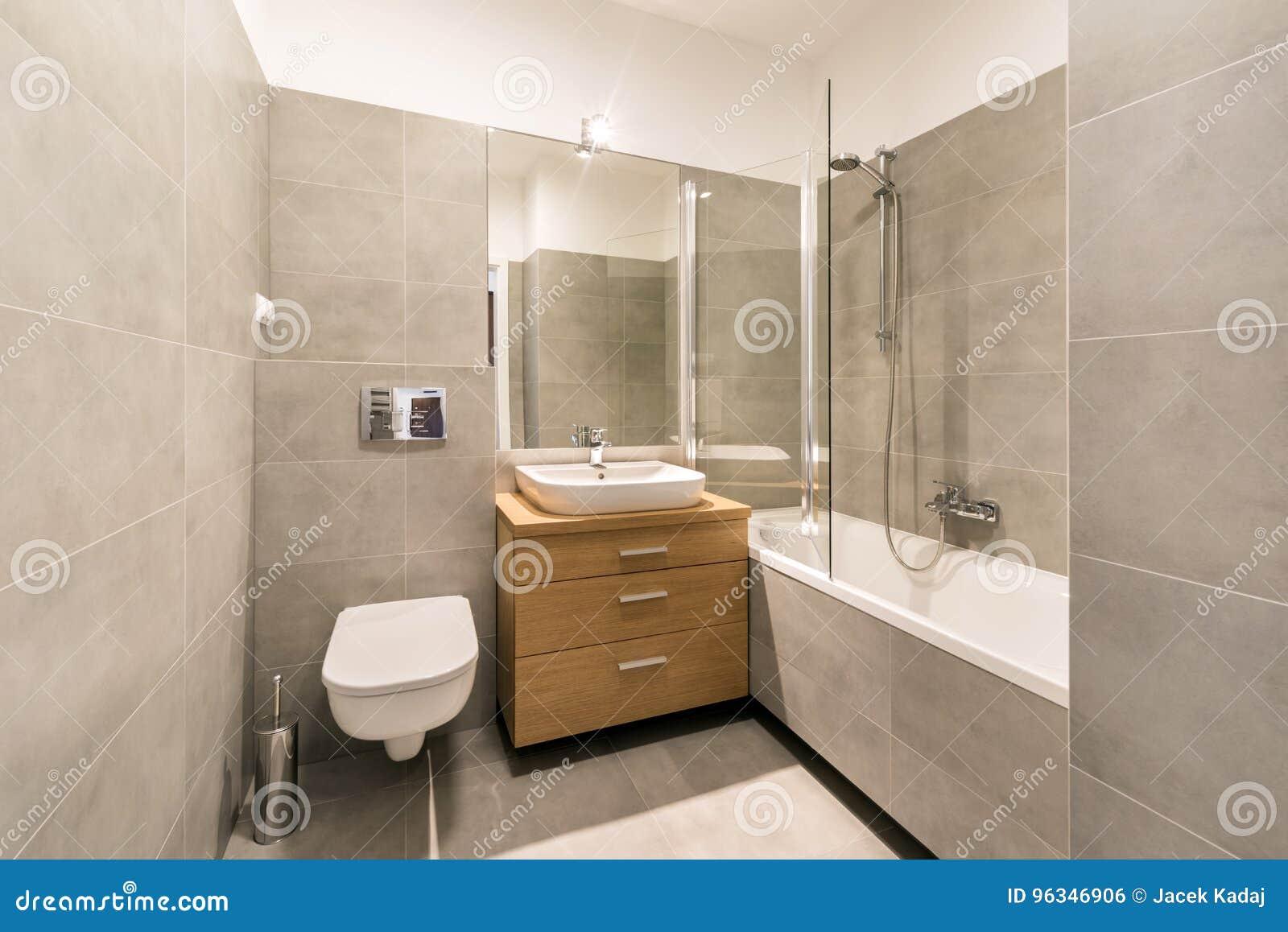 Modernes Badezimmer Mit Fliesen Auf Dem Boden Stockfoto ...