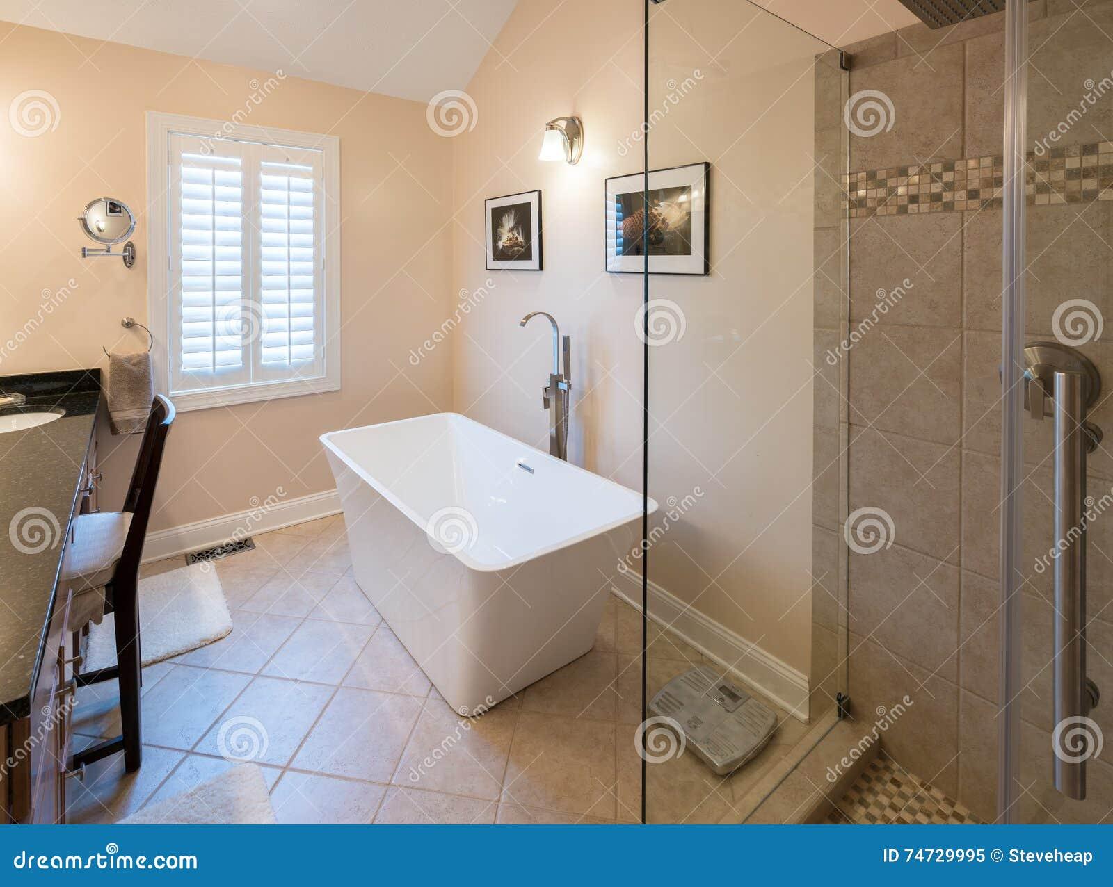 Modernes Badezimmer Mit Freistehender Wanne Und Dusche ...