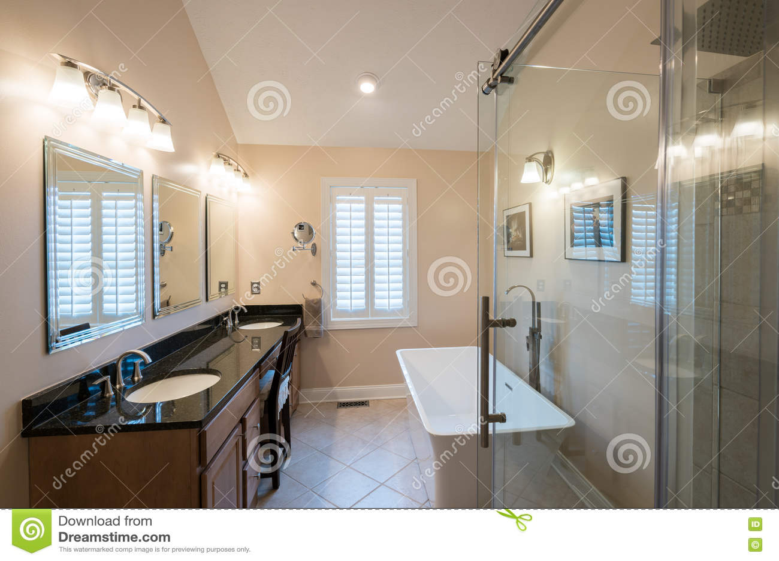 Modernes Badezimmer Mit Freistehender Wanne Und Eitelkeit Stockfoto ...