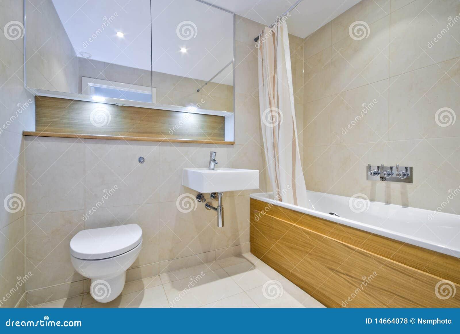 Modernes Badezimmer Mit Großer Badwanne In Der Beige Stockfoto ...