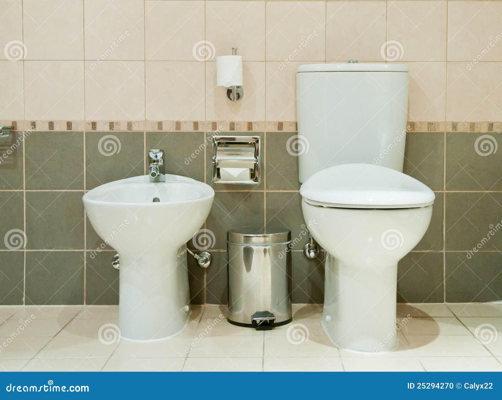 modernes badezimmer mit toilette und bidet stockfoto. Black Bedroom Furniture Sets. Home Design Ideas