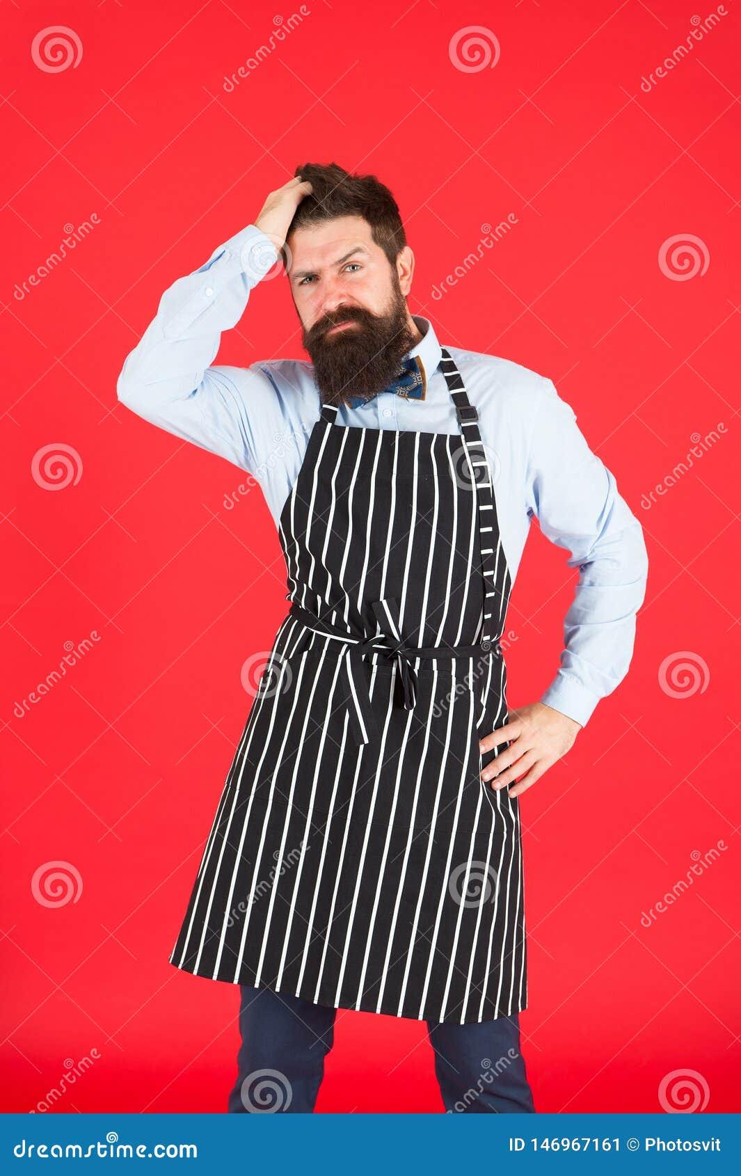 Modernes Caf?konzept Kochen von modernen Mahlzeiten Mann mit Bartkochhippie-Schutzblech Roter Hintergrund des Hippie-Chefkochs b?
