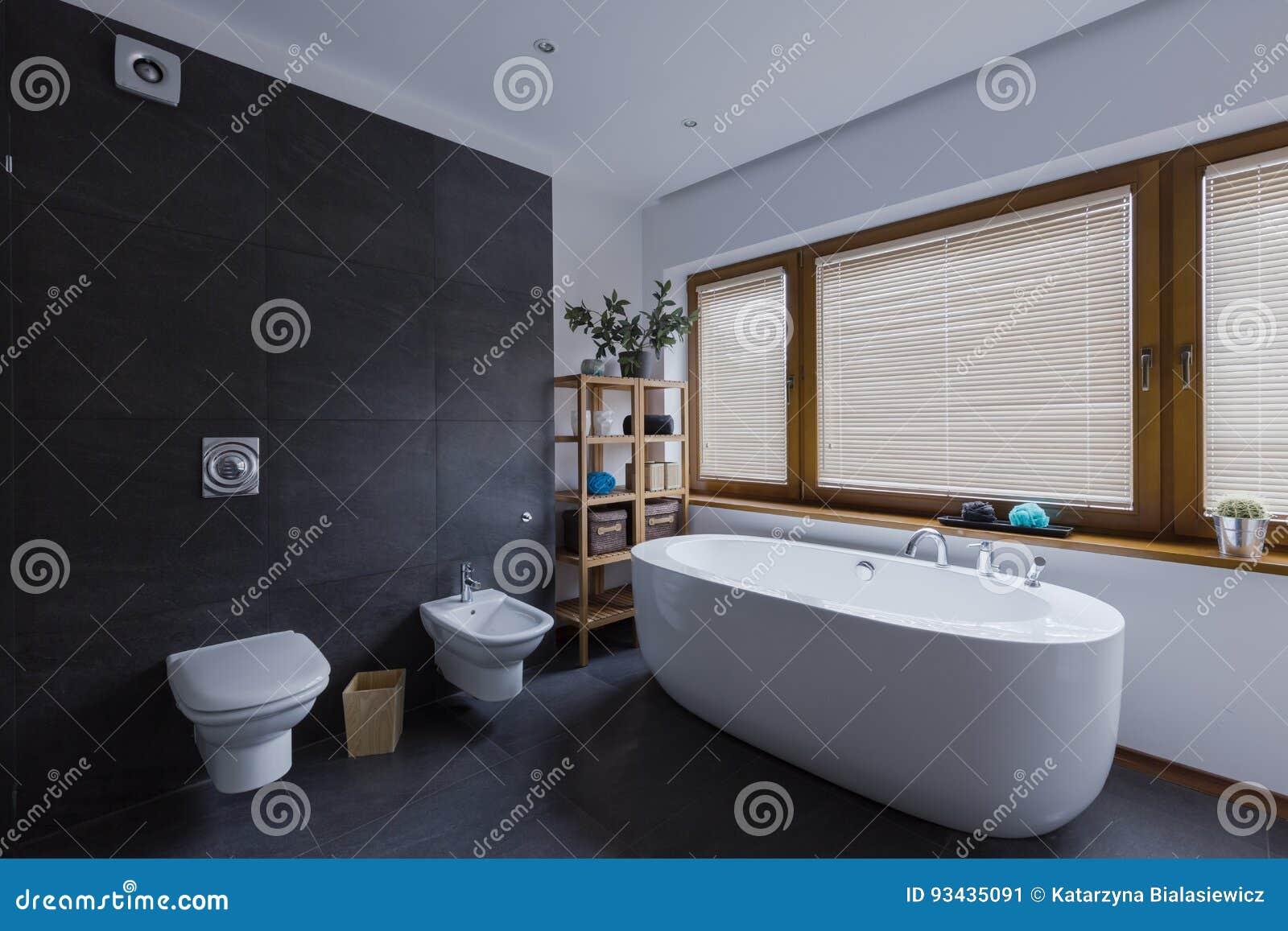 Modernes Dunkles Badezimmer Mit Toilette Stockbild - Bild von