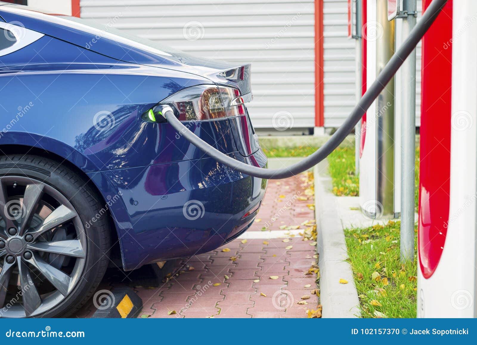 Modernes Elektroauto verstopfte zu Ladestation in einem Parkplatz