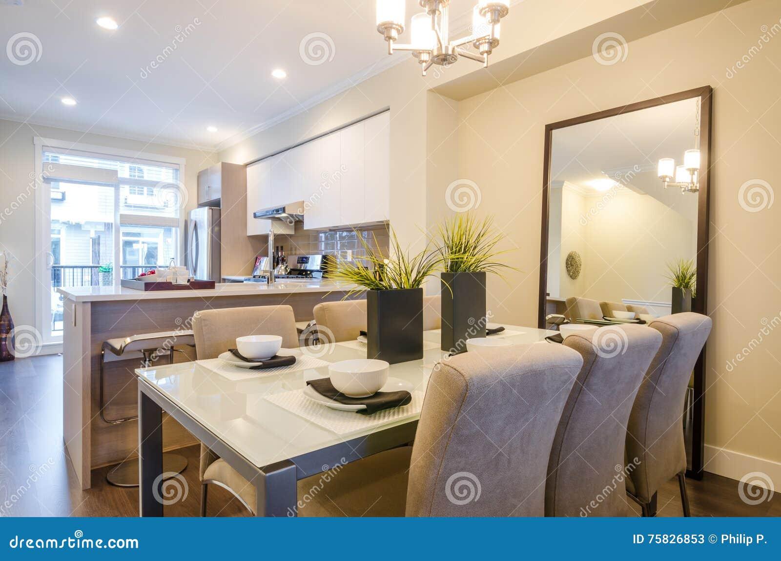 Download Modernes Esszimmer In Einem Luxushaus Stockbild   Bild Von Dekor,  Geräte: 75826853