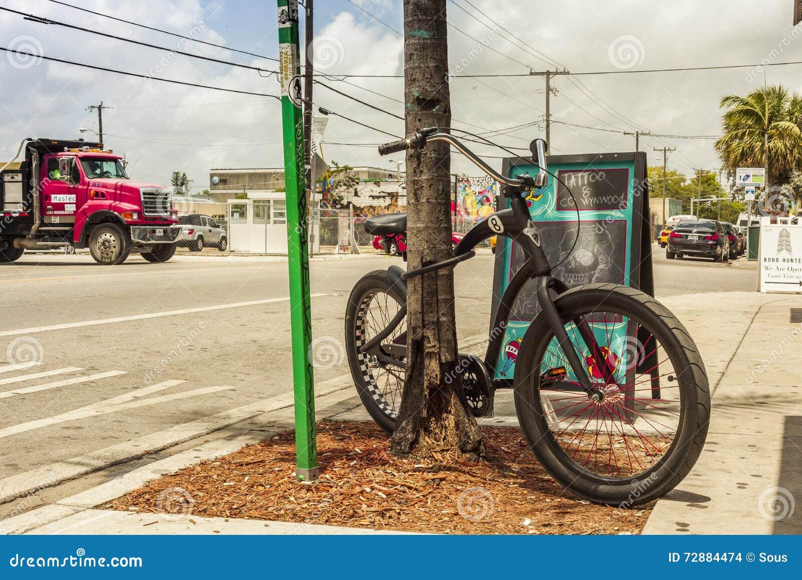 Modernes Fahrrad Außerhalb Tatoo Salons An Wynwood Kreativ ...