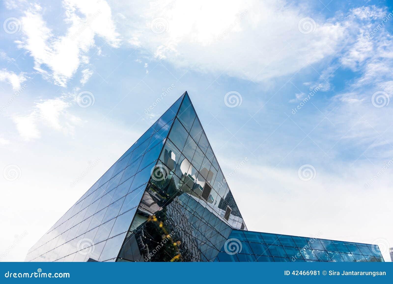 Modernes Glasgebäude des Dreiecks
