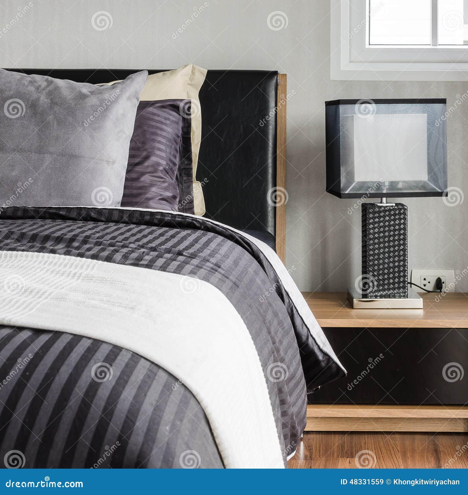 Modernes Graues Schlafzimmer Mit Kissen Auf Bett