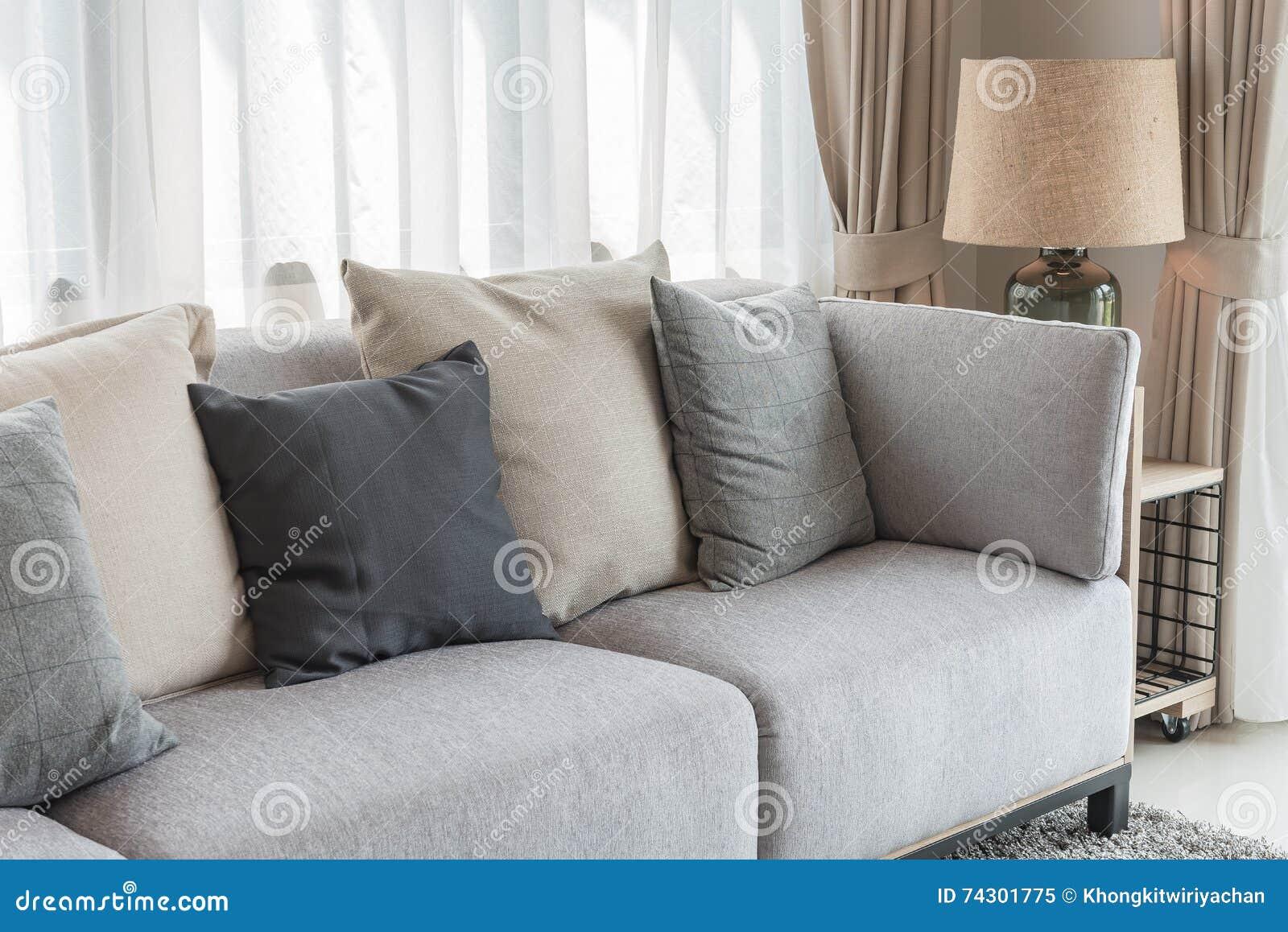 Modernes Graues Sofa Mit Kissen Und Moderne Lampe Auf Tabelle