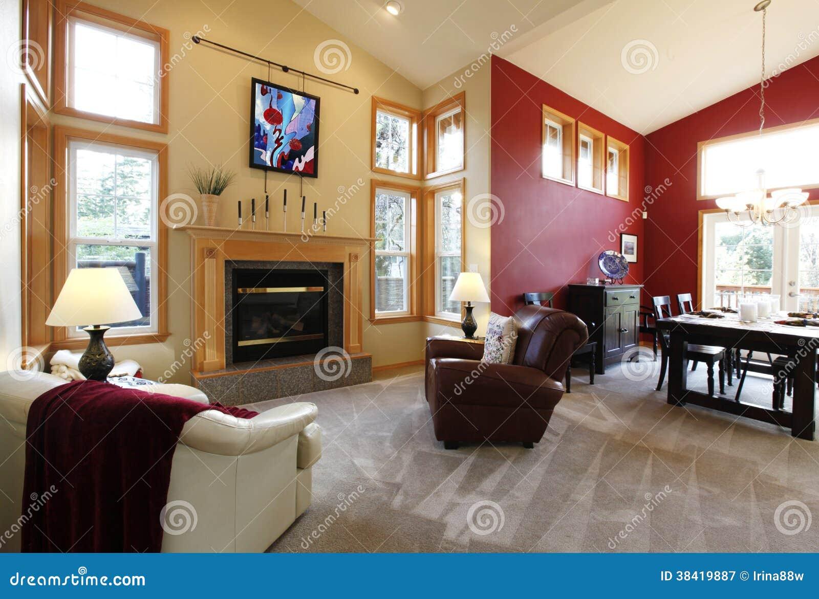 modernes großes offenes wohnzimmer mit roter wand. lizenzfreie