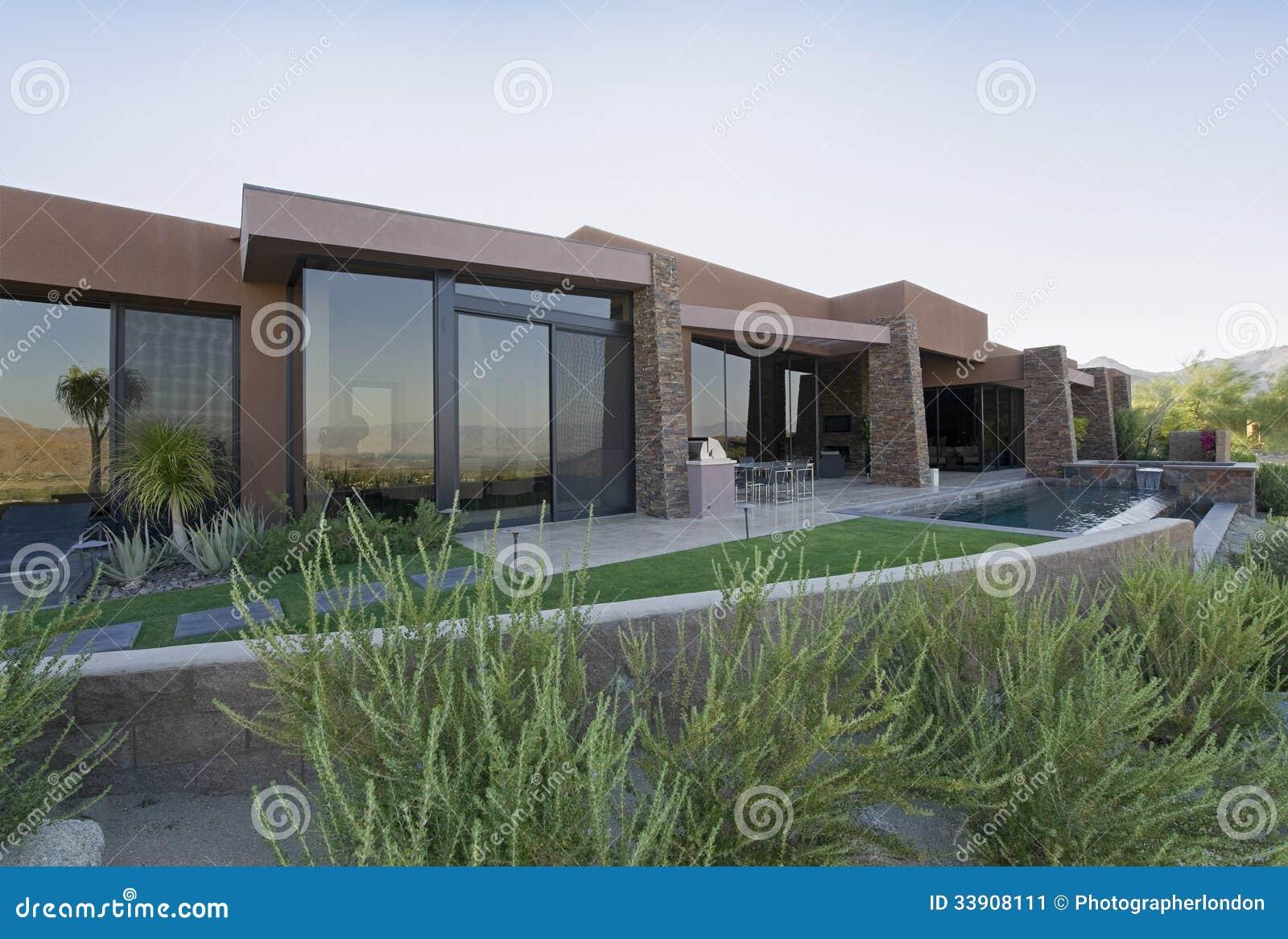 Modernes Haus-Äußeres stockbild. Bild von eigenschaft - 33908111