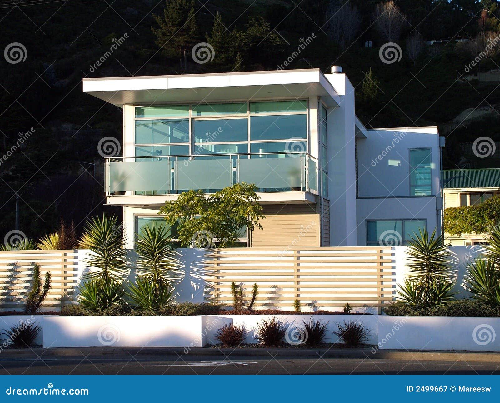 Modernes Haus stockbild. Bild von frontseite, wohn, glas - 2499667
