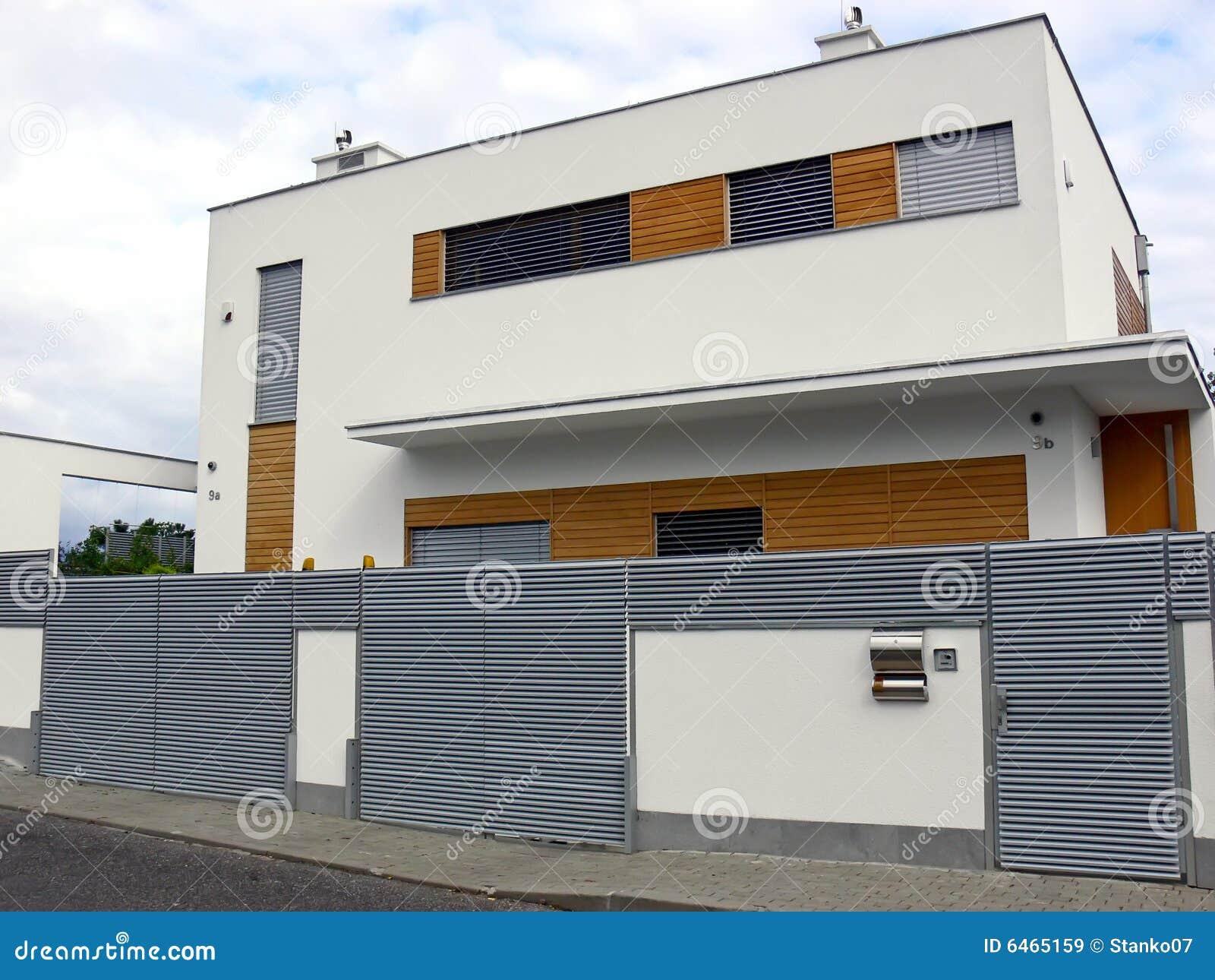 Modernes haus stockbild bild von gemalt dach zaun for Modernes haus zaun