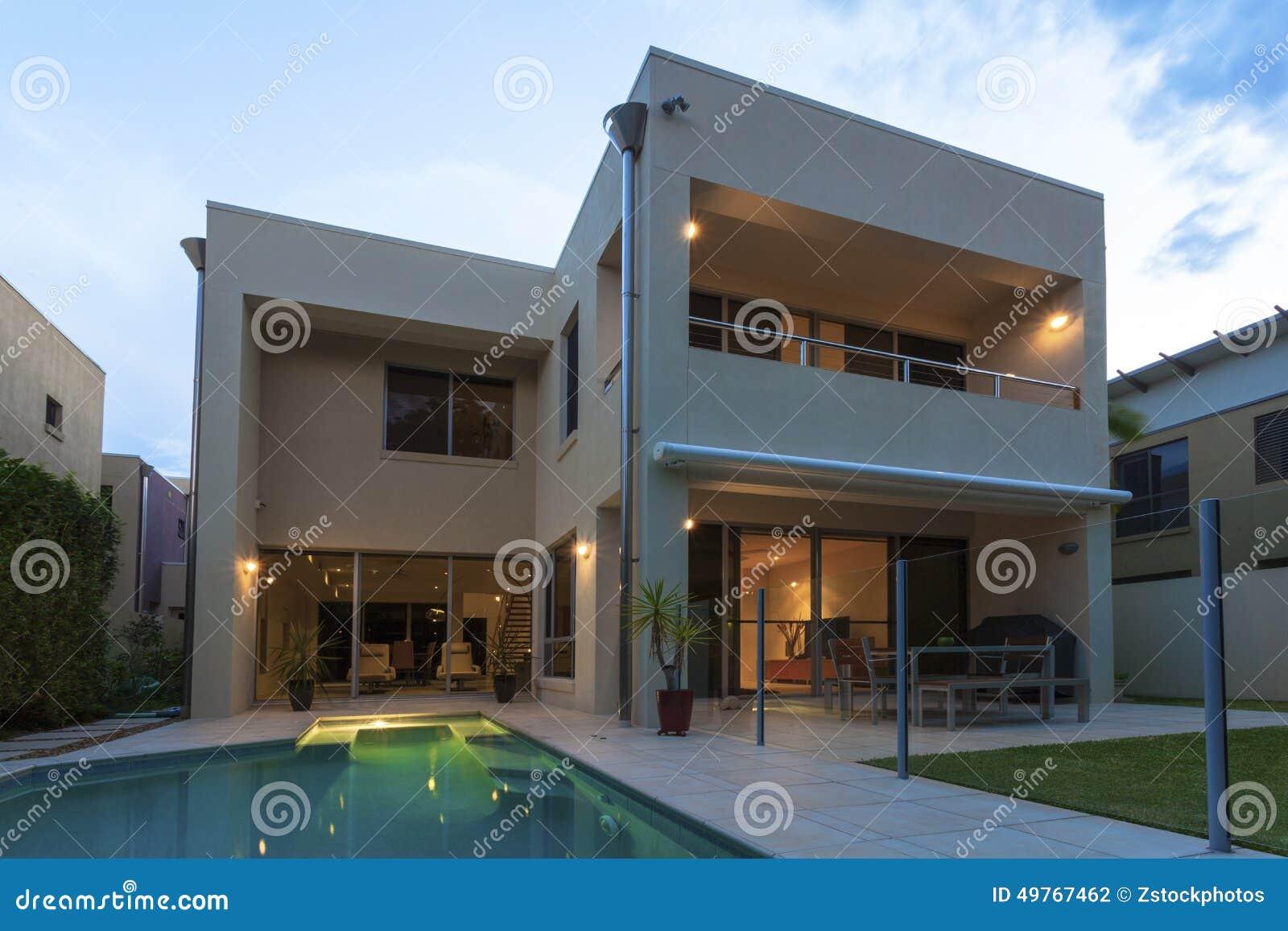 Modernes Haus Außen An Der Dämmerung Stockfoto - Bild von quadrat ...