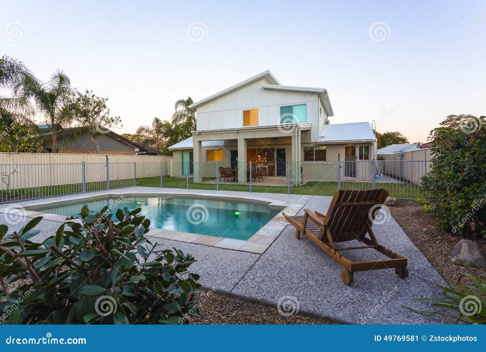 Modernes Haus Außen An Der Dämmerung Stockbild - Bild von ...