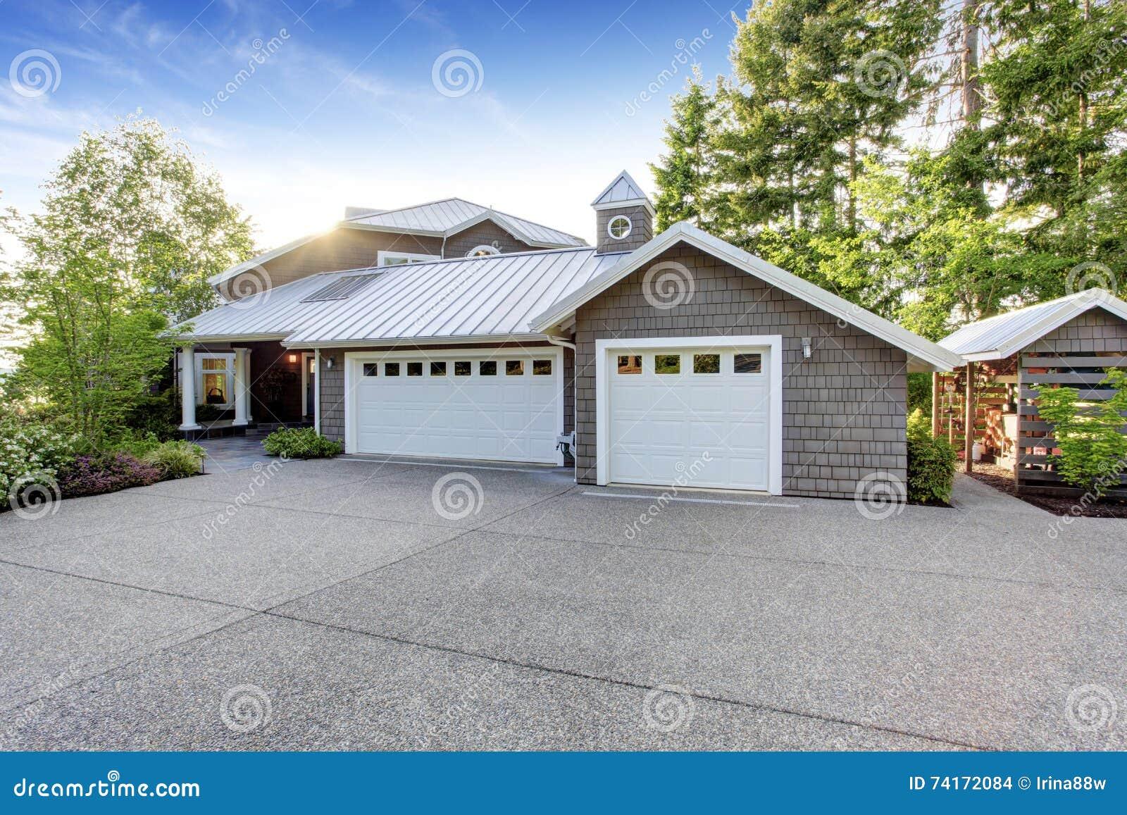 Modernes Haus Außen Mit Beschränkungsberufung Ansicht Der Garage Und ...