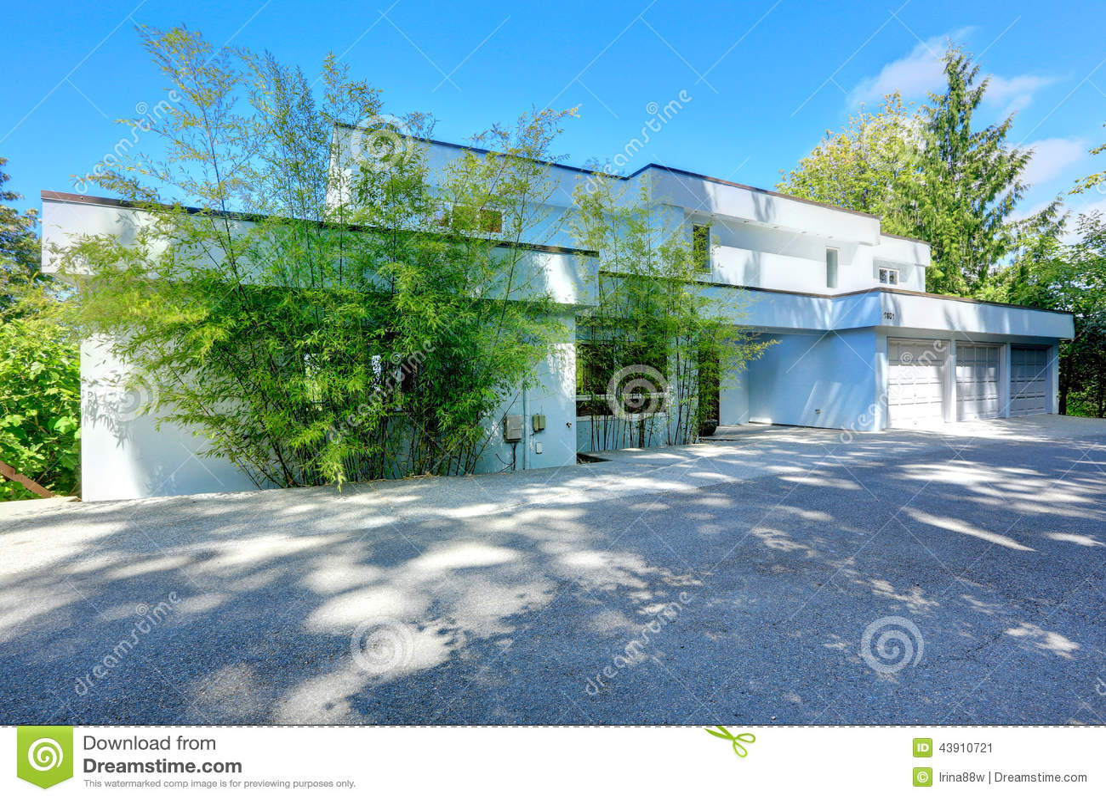 Modernes Haus Außen Mit Flachdach Stockbild - Bild von fahrstraße ...