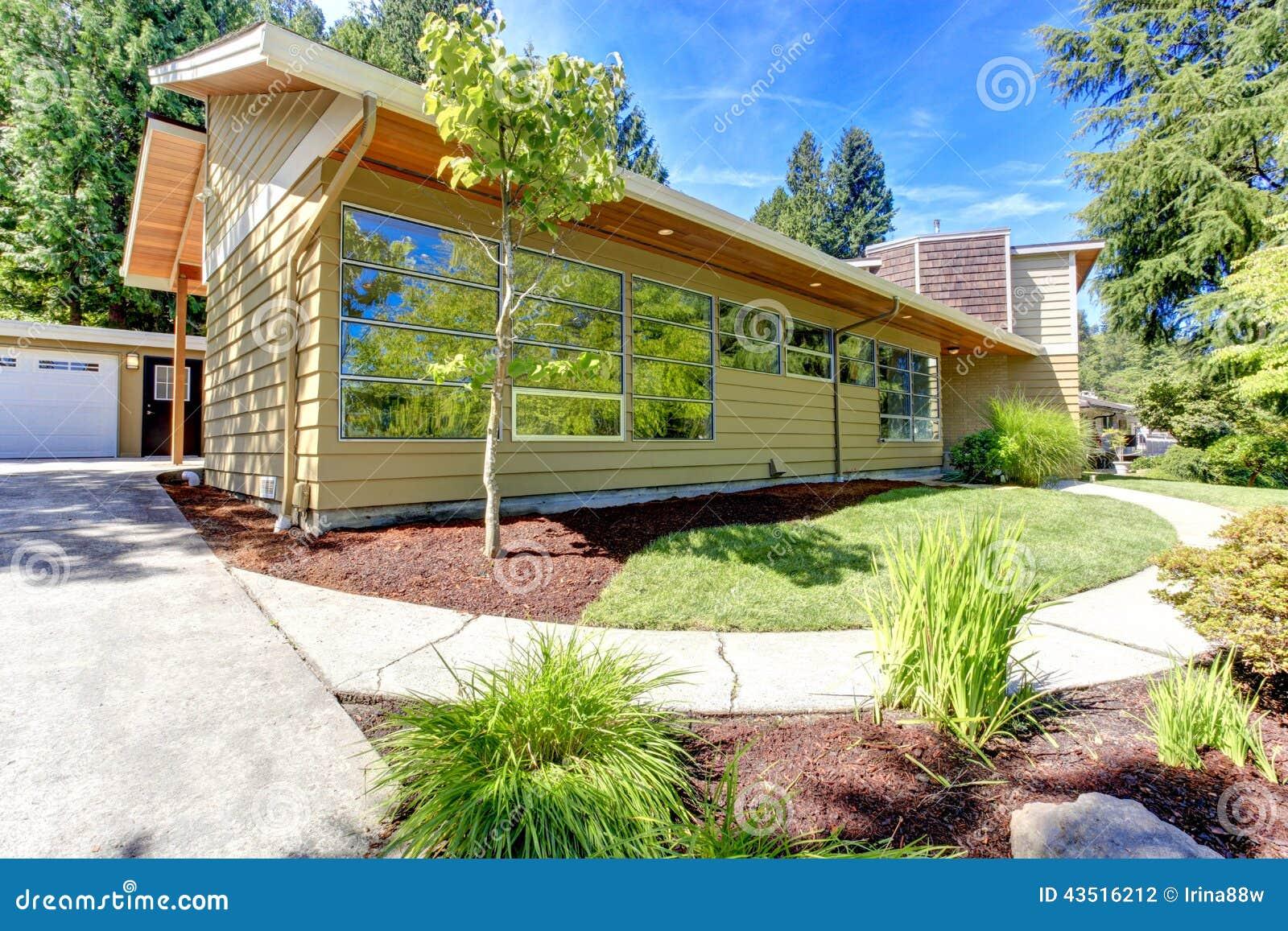 Modernes Haus Außen Mit Glaswand Und Landschaft Stockfoto - Bild von ...